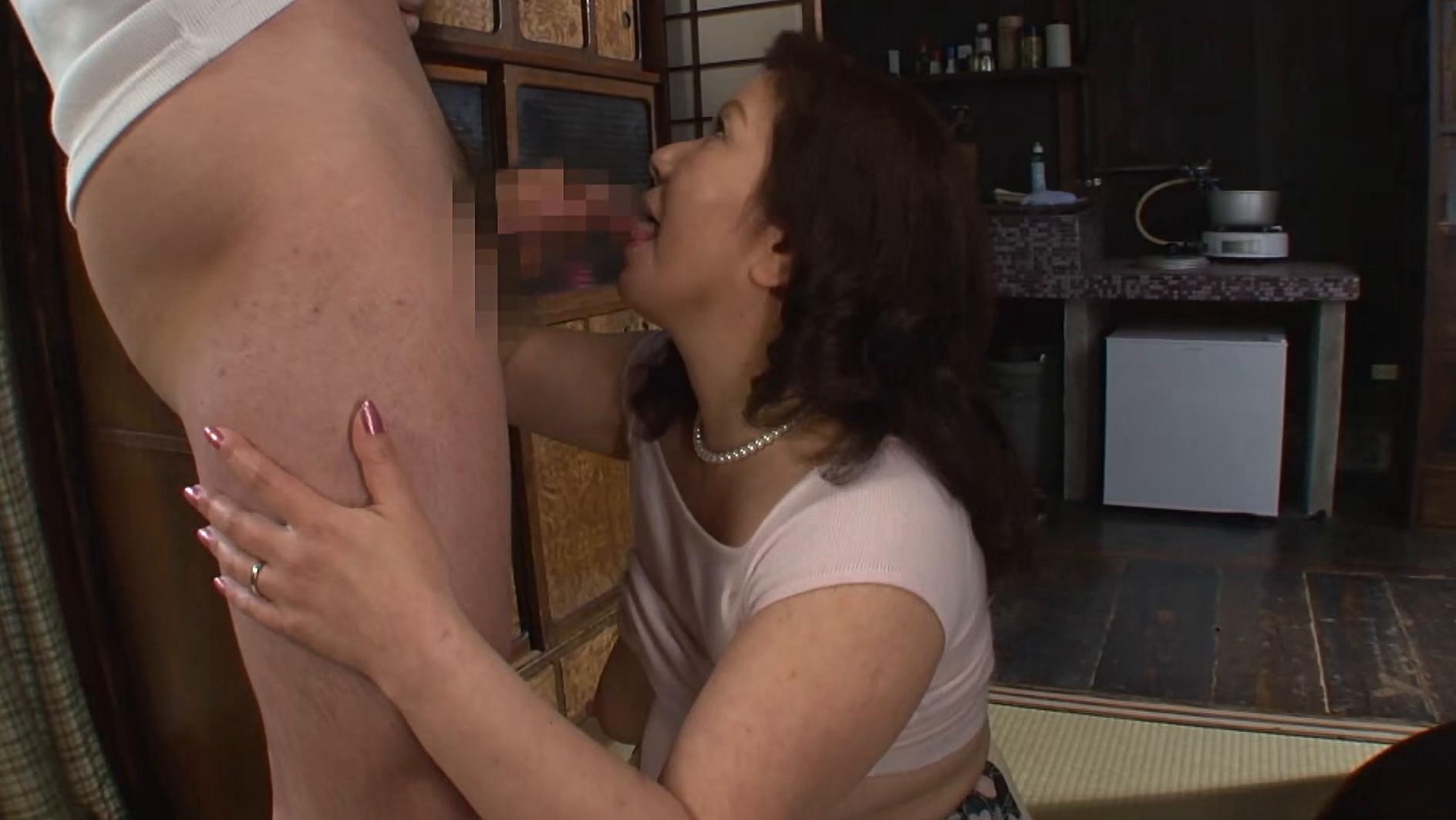 息子で性欲を満たす未亡人母 画像5