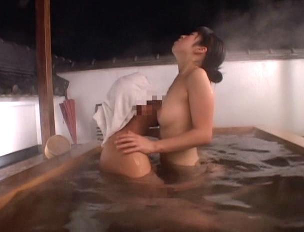 混浴温泉で勃起チ○ポを見て興奮しちゃったお姉さん。 画像7