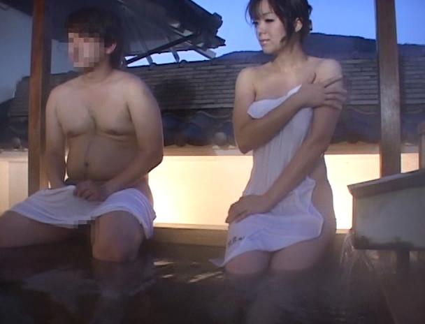 混浴温泉で勃起チ○ポを見て興奮しちゃったお姉さん。 画像18