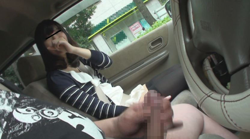 車の中でセンズリ見てもらったら、外から誰かに見つかりそうなスリルに興奮しちゃった素人娘たち 画像5