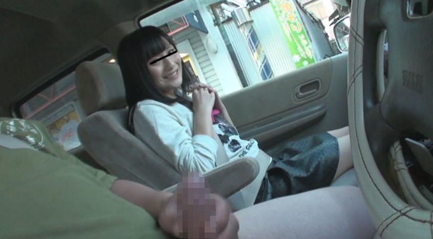 車の中でセンズリ見てもらったら、外から誰かに見つかりそうなスリルに興奮しちゃった素人娘たち 2 画像9