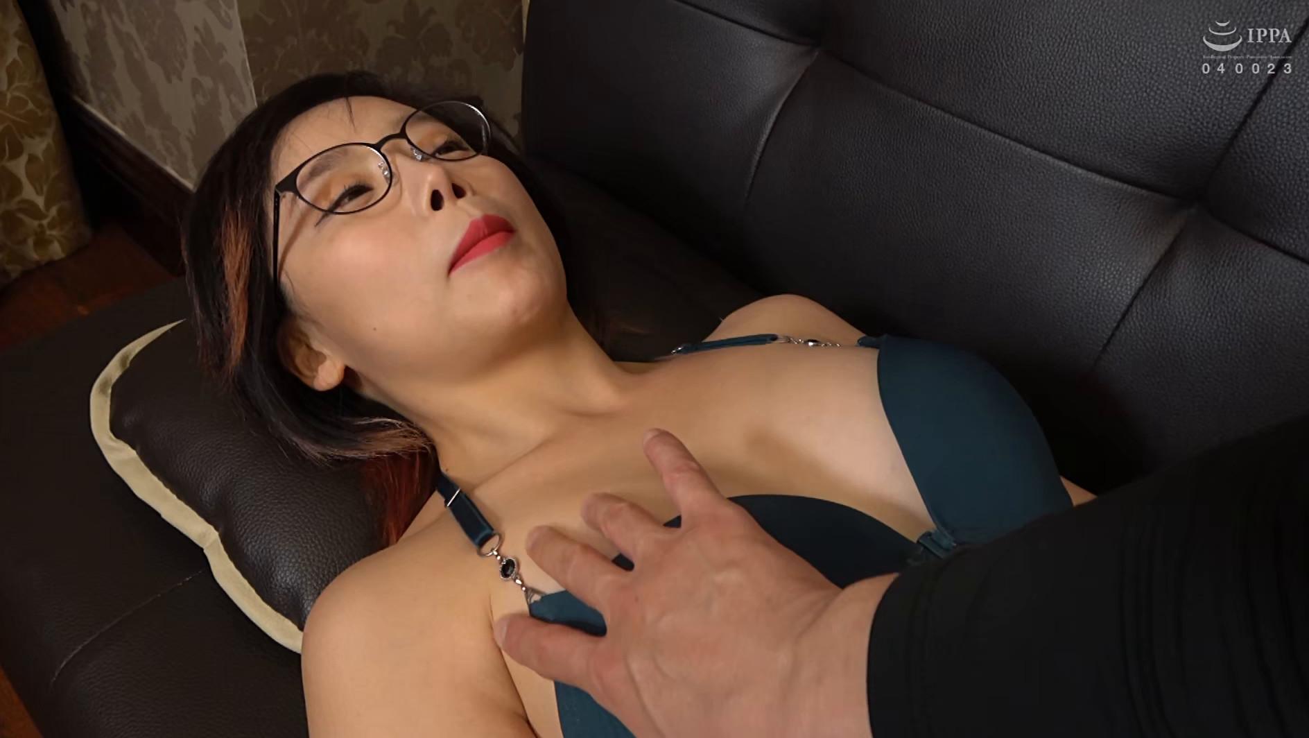 韓国で見つけた見た目から従順そうな彼女は、どこまでヤラれても無垢な希少種!服を脱がされても信じて疑わない!電マでトロンとさせればチ〇ポもしゃぶる! 画像7
