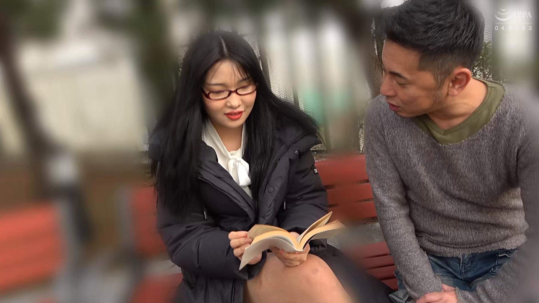 韓国で見つけた読書に夢中な堅物系の彼女は、エッチなこと好きでしょ?の直球質問にドギマギ!見かけによらずヤラしいパンティと舌出しべろちゅーで男をその気にさせる! 画像1