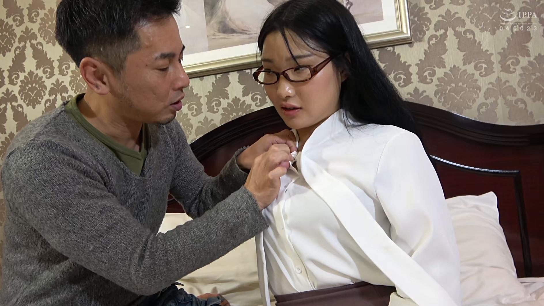 韓国で見つけた読書に夢中な堅物系の彼女は、エッチなこと好きでしょ?の直球質問にドギマギ!見かけによらずヤラしいパンティと舌出しべろちゅーで男をその気にさせる! 画像6