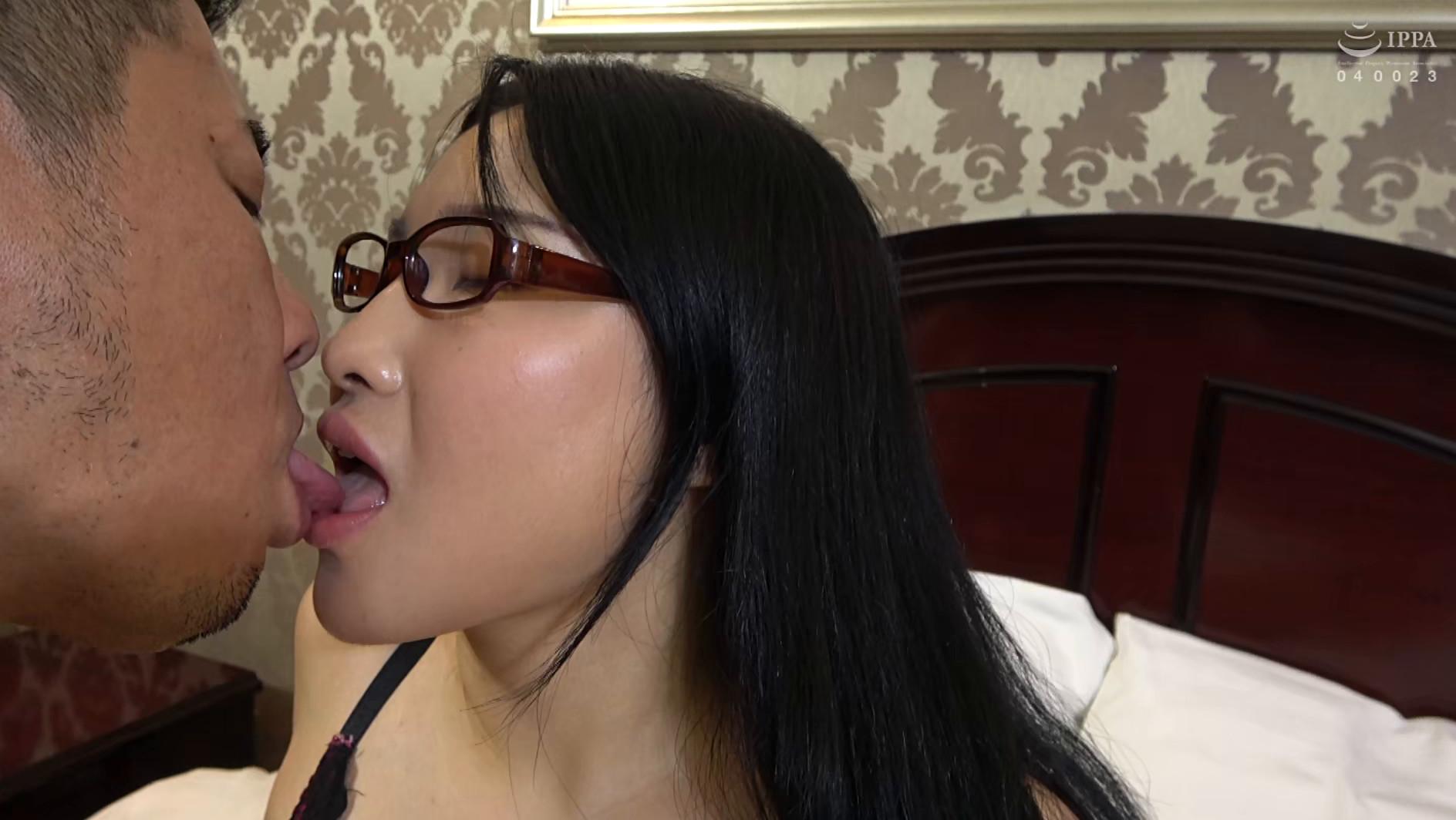 韓国で見つけた読書に夢中な堅物系の彼女は、エッチなこと好きでしょ?の直球質問にドギマギ!見かけによらずヤラしいパンティと舌出しべろちゅーで男をその気にさせる! 画像12