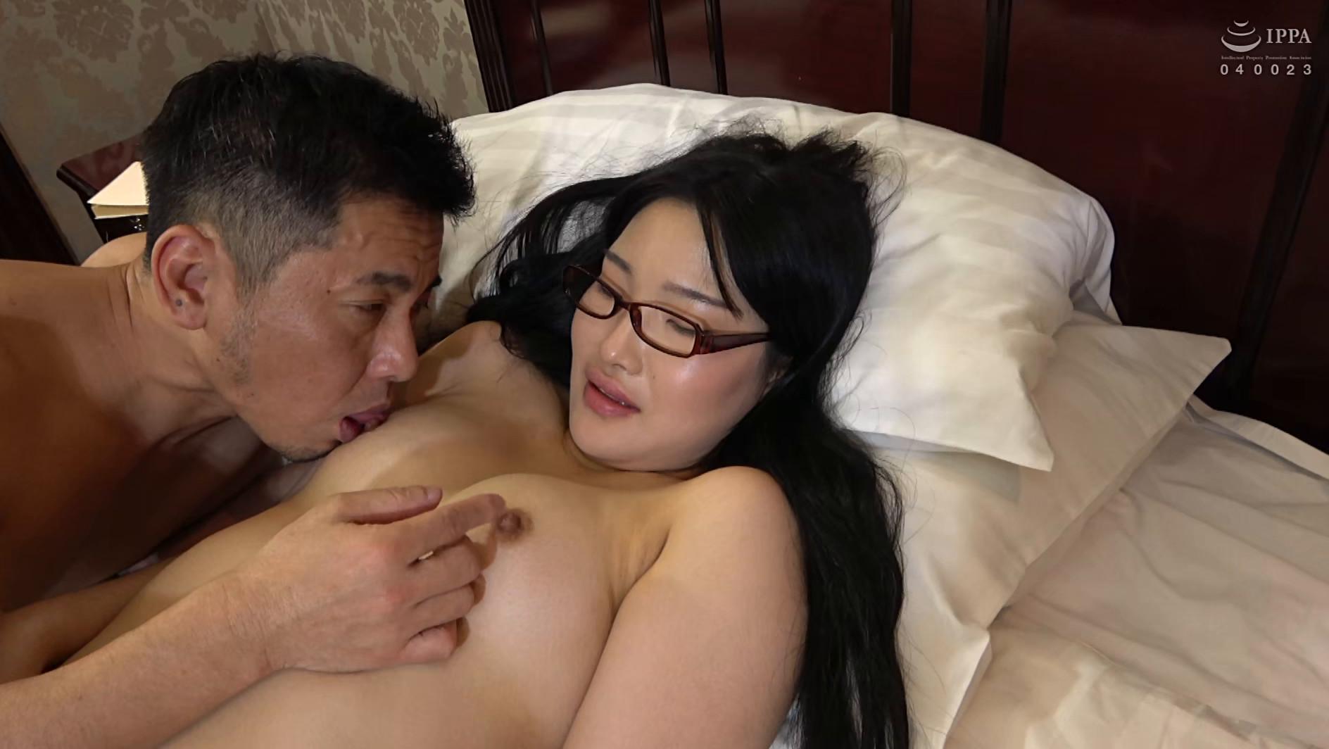 韓国で見つけた読書に夢中な堅物系の彼女は、エッチなこと好きでしょ?の直球質問にドギマギ!見かけによらずヤラしいパンティと舌出しべろちゅーで男をその気にさせる! 画像13