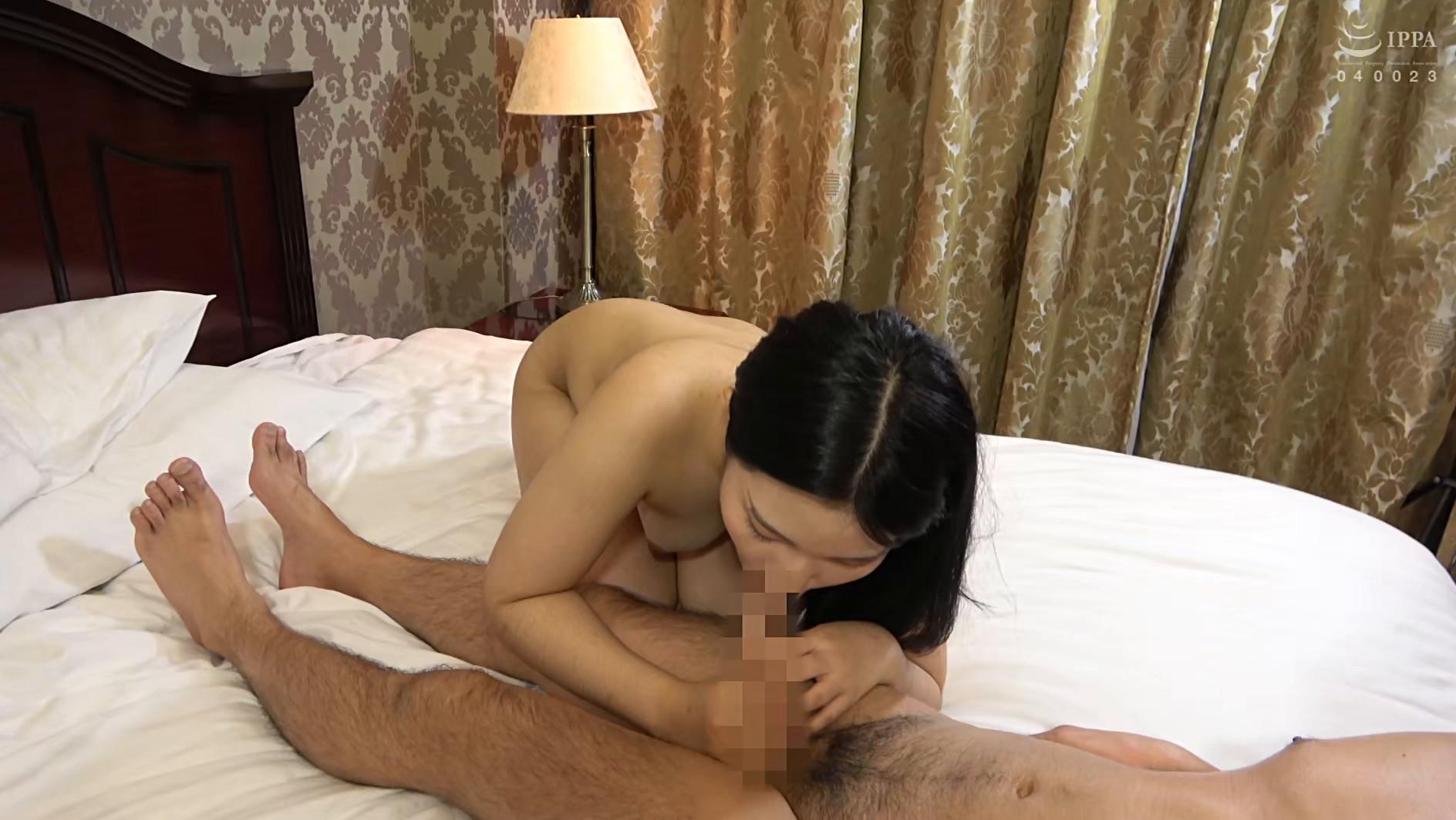 韓国で見つけた読書に夢中な堅物系の彼女は、エッチなこと好きでしょ?の直球質問にドギマギ!見かけによらずヤラしいパンティと舌出しべろちゅーで男をその気にさせる! 画像17