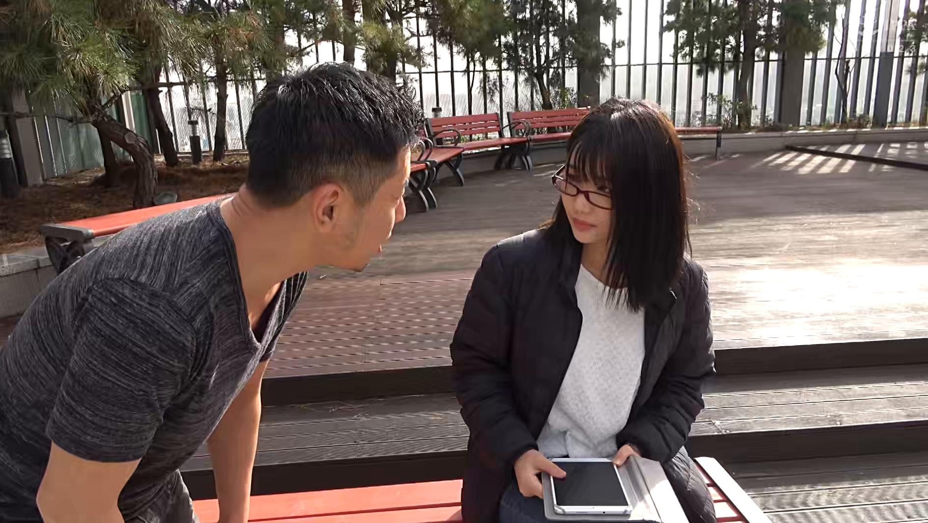 韓国で見つけた地味系な彼女は、眼鏡で隠した美貌と隠れ巨乳のもったいない美女でした!自称Cカップと控えめにウソをつく隠れ巨乳は揉んで良し!揺れて良し! 画像1