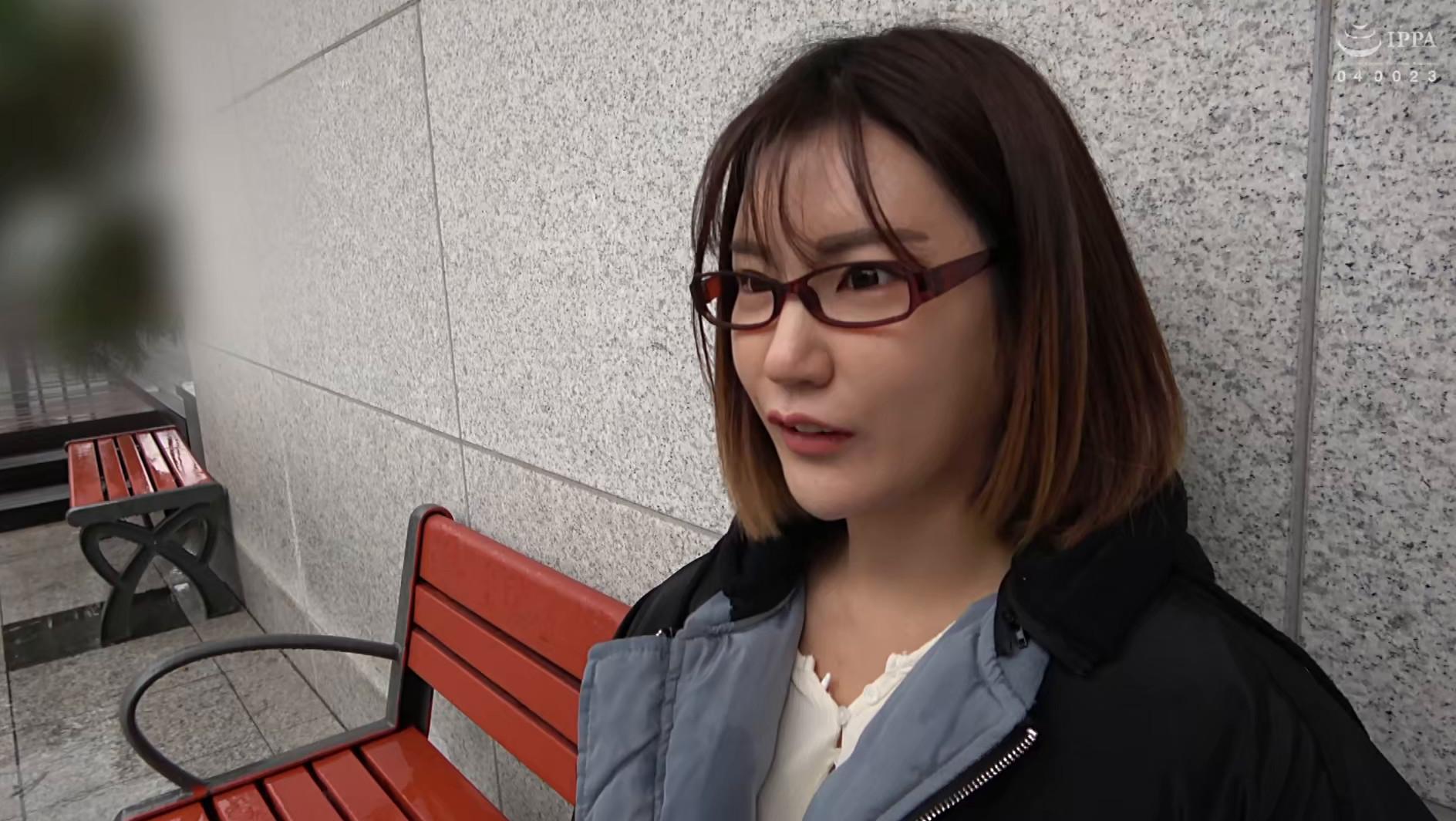 韓国で見つけた雨の中で読書する不思議な彼女は、アイドル顔負けのビジュアルと超絶クビレの持ち主!脱がしたパンティの匂いを嗅ぎながらの羞恥プレイでハメ倒す! 画像1