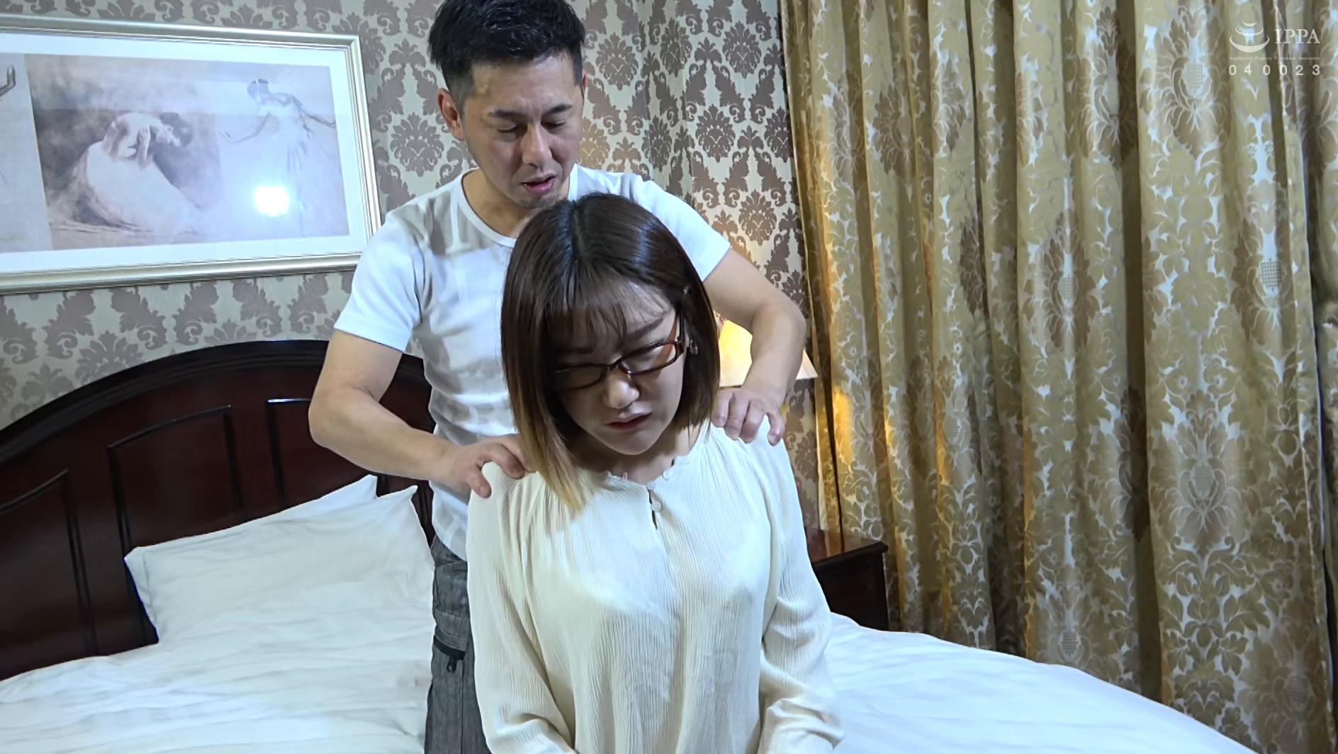 韓国で見つけた雨の中で読書する不思議な彼女は、アイドル顔負けのビジュアルと超絶クビレの持ち主!脱がしたパンティの匂いを嗅ぎながらの羞恥プレイでハメ倒す! 画像2