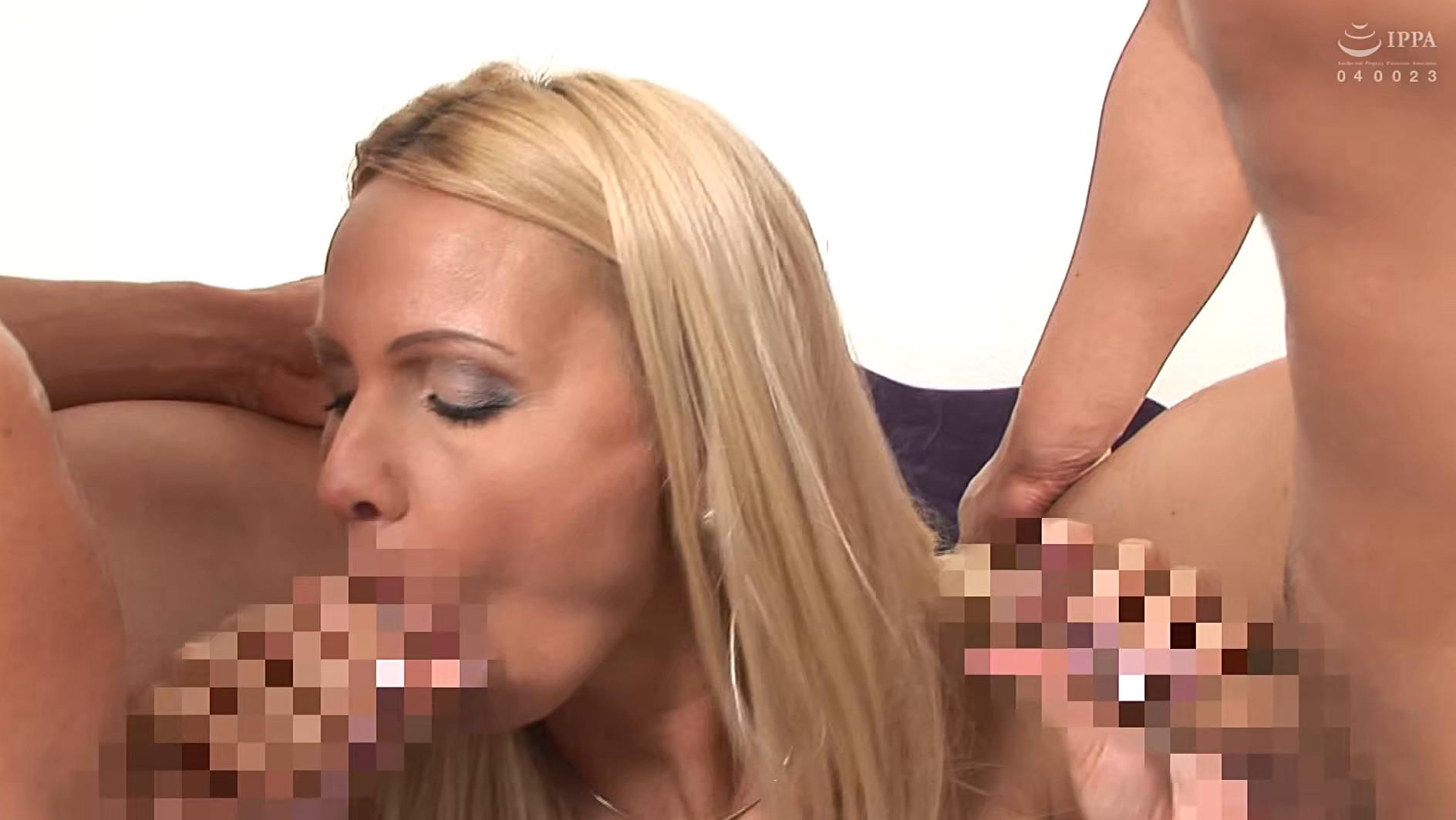 二穴同時!パツキン美人妻のマ〇コとアナルに2本のチ〇コをW挿入!ウイニー 画像11