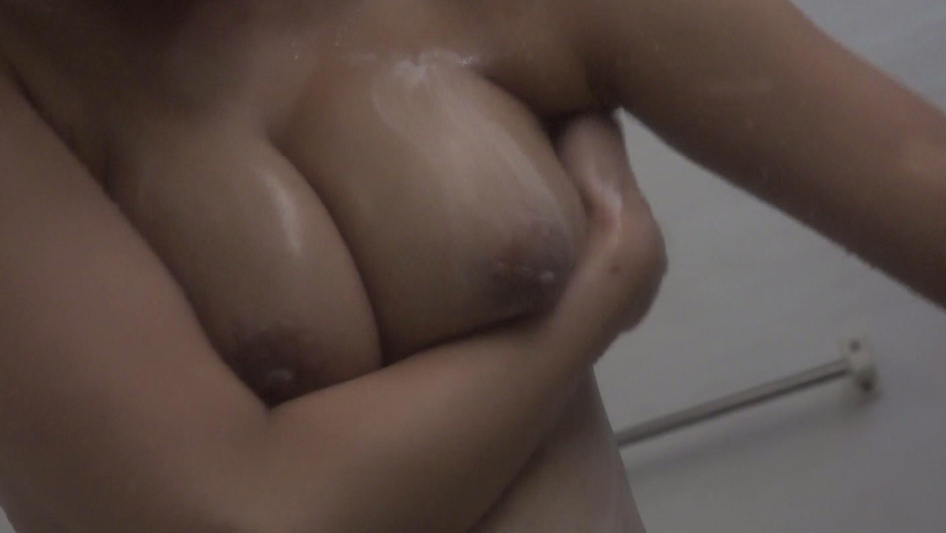 巨乳女性ばかり狙ったシャワー盗●映像~細身に不釣り合いなボインが揺れすぎてます 画像3