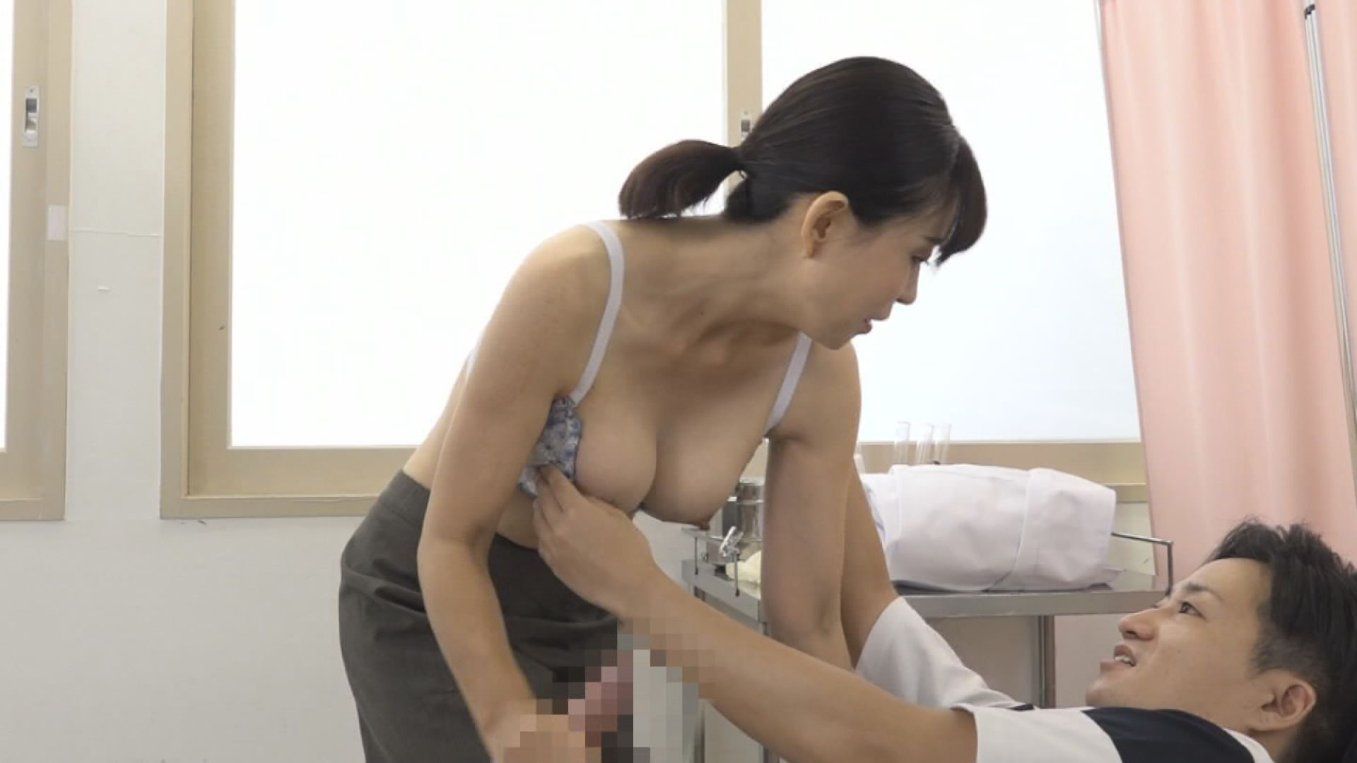 美人の先生がいる皮膚科に行って腫れたチンコを診てもらう流れでヌイてもらいたい(10),のサンプル画像9