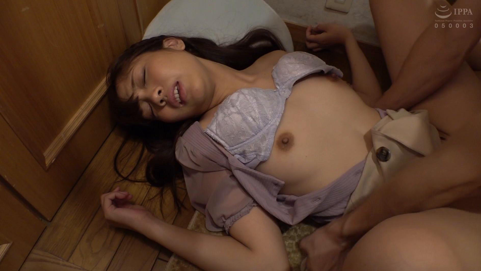 泥酔した先輩を家まで送ったが、玄関で横たわって寝ているエロい姿に耐え切れずそのままチ●ポをぶち込む中出し玄関SEX!! 画像13