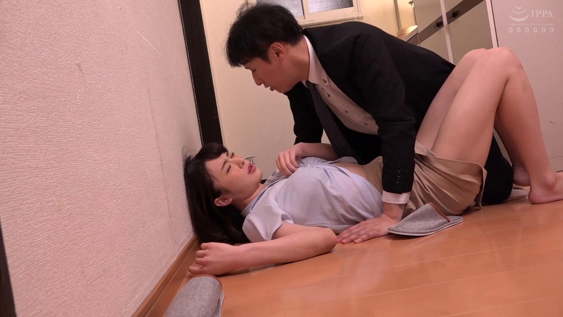 泥酔した先輩を家まで送ったが、玄関で横たわって寝ているエロい姿に耐え切れずそのままチ●ポをぶち込む中出し玄関SEX!! 画像16