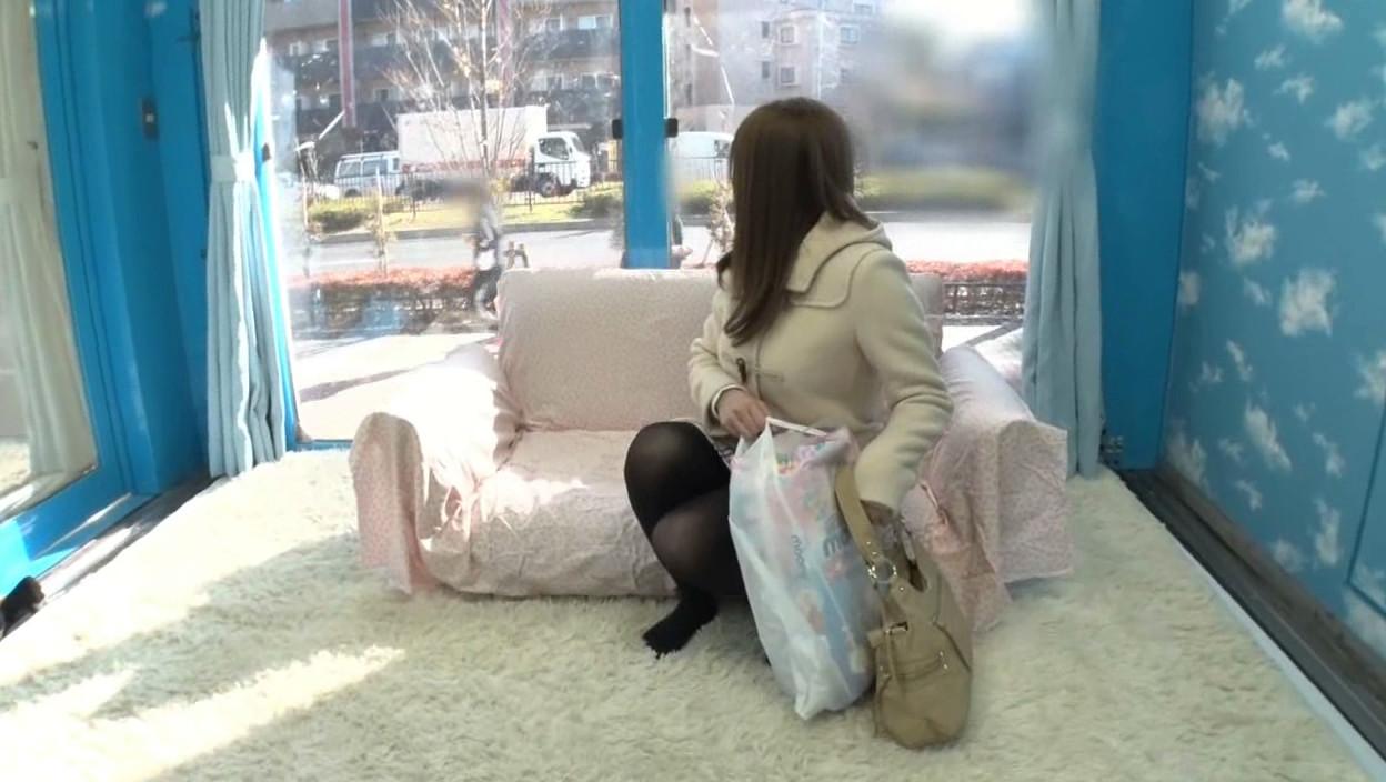 「童貞くんのオナニーのお手伝いしてくれませんか・・・」 街中で声を掛けた心優しい人妻さんがマジックミラー号で童貞くんを赤面筆おろし! 3 画像1