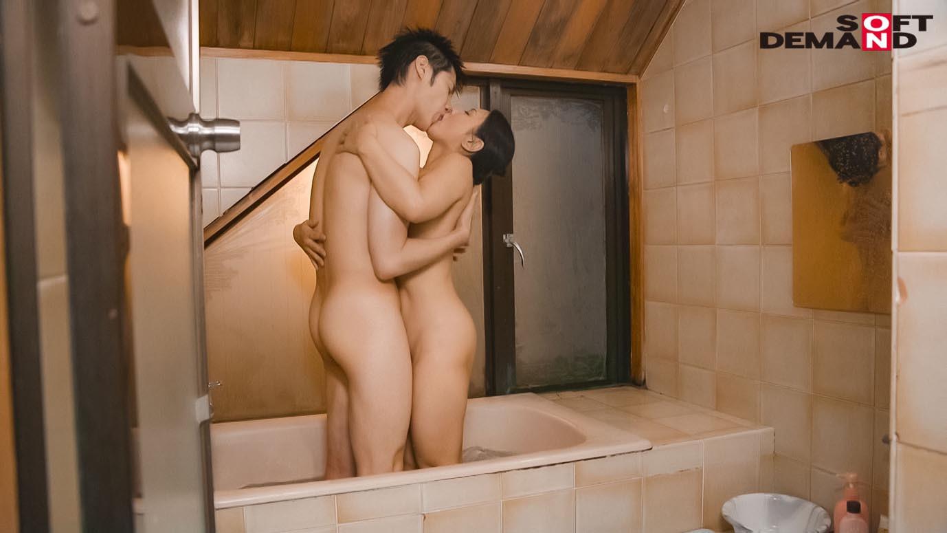 「いいの・・・中に出して・・・」義母が20歳年下の娘婿を誘惑中出し淫姦。ずっとがっちり密着SEXで離さない 綾瀬麻衣子,のサンプル画像15