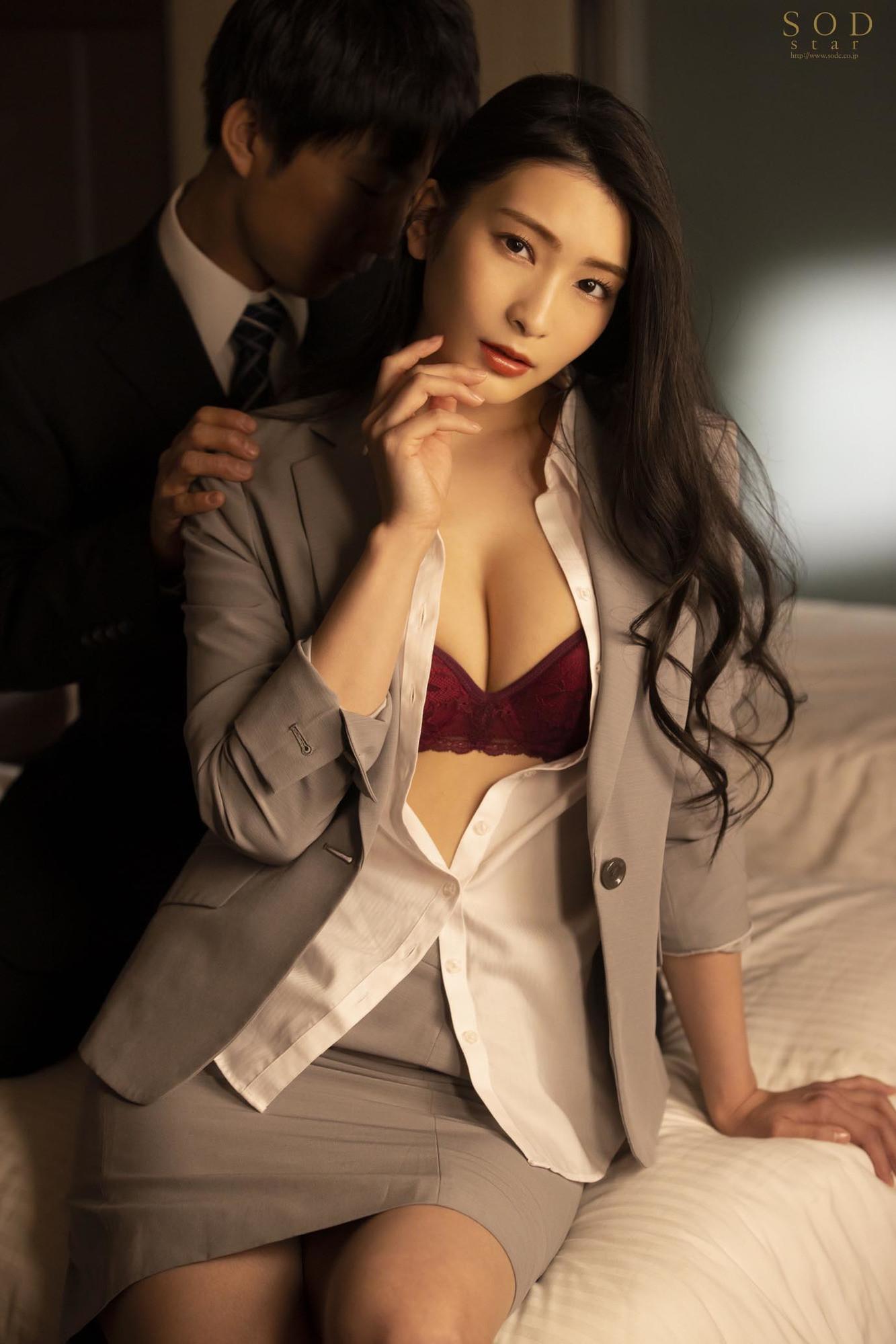 童貞部下と出張先でホテル相部屋 翌朝までベロチュウ姦され続ける化粧品メーカーの寝取られ女上司 本庄鈴 画像1