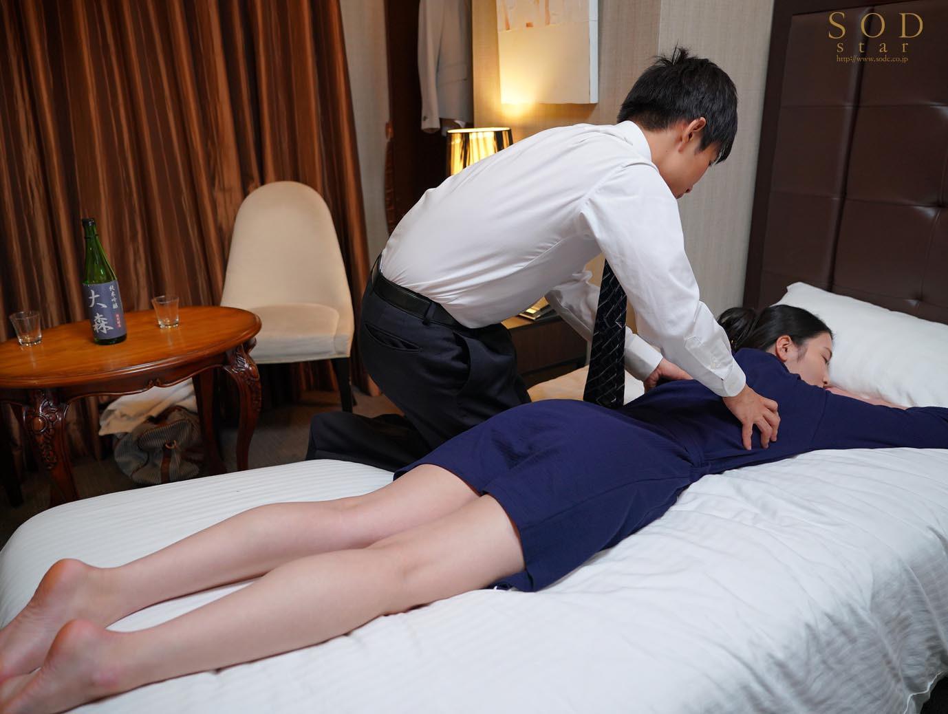 童貞部下と出張先でホテル相部屋 翌朝までベロチュウ姦され続ける化粧品メーカーの寝取られ女上司 本庄鈴 画像3