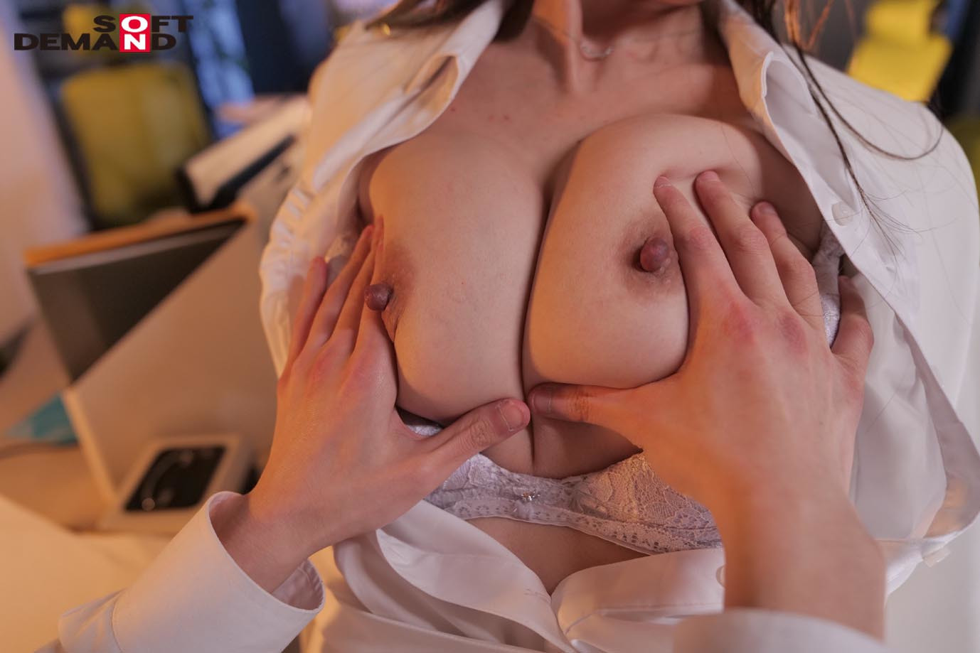 真昼間から若い部下のチ〇ポをしゃぶって、発情して濡れる女社長。旦那とセックスレスの人妻46歳。男子社員に淫乱な唇を使って不倫SEXにハマる・・・! 成咲優美 画像7
