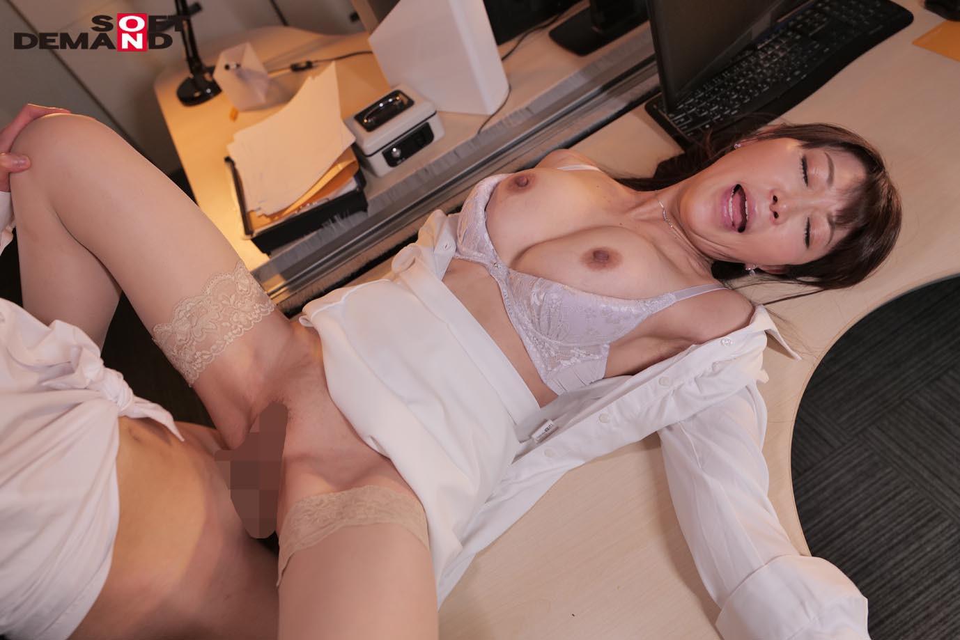 真昼間から若い部下のチ〇ポをしゃぶって、発情して濡れる女社長。旦那とセックスレスの人妻46歳。男子社員に淫乱な唇を使って不倫SEXにハマる・・・! 成咲優美 画像8