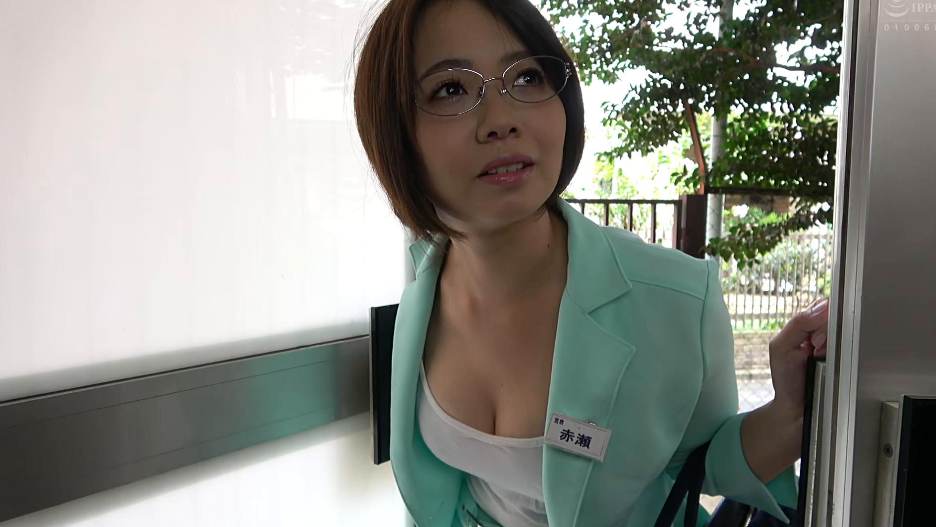 独り暮らしの男性に枕営業で契約をGETするデカパイ営業レディ 赤瀬尚子,のサンプル画像1
