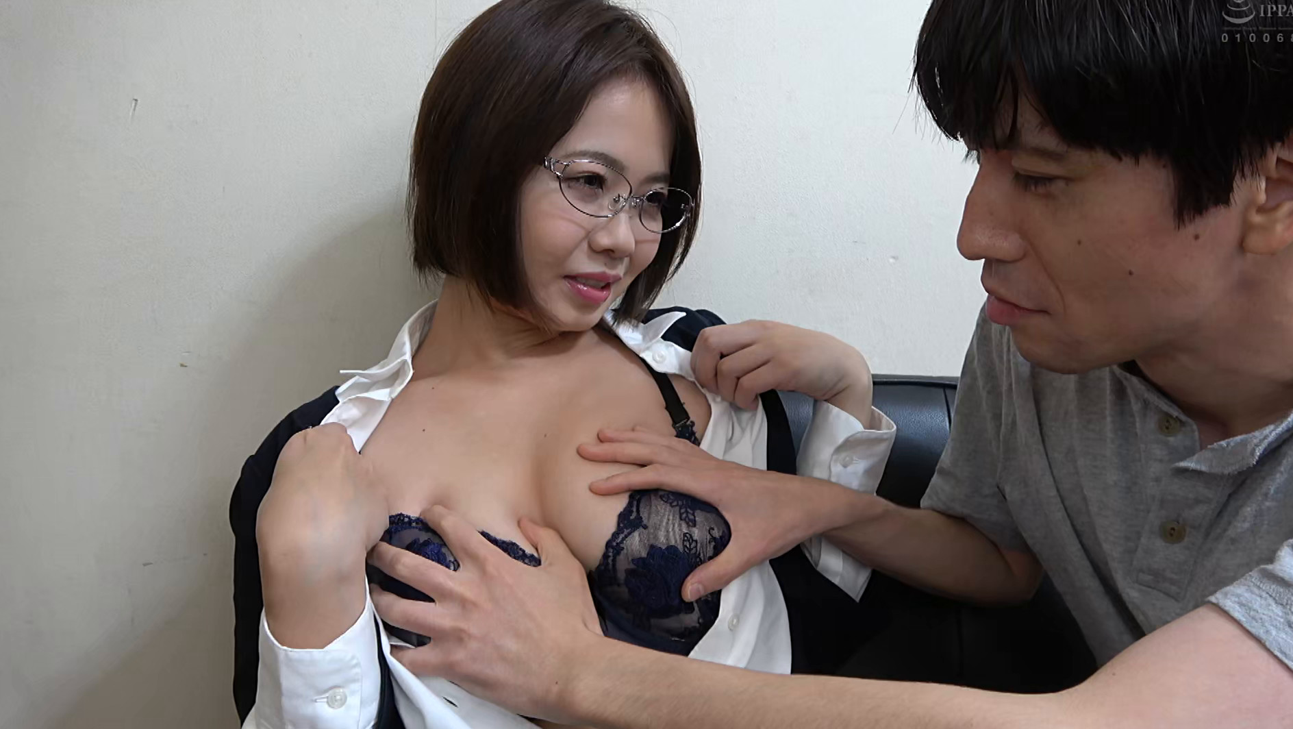 独り暮らしの男性に枕営業で契約をGETするデカパイ営業レディ 赤瀬尚子,のサンプル画像4