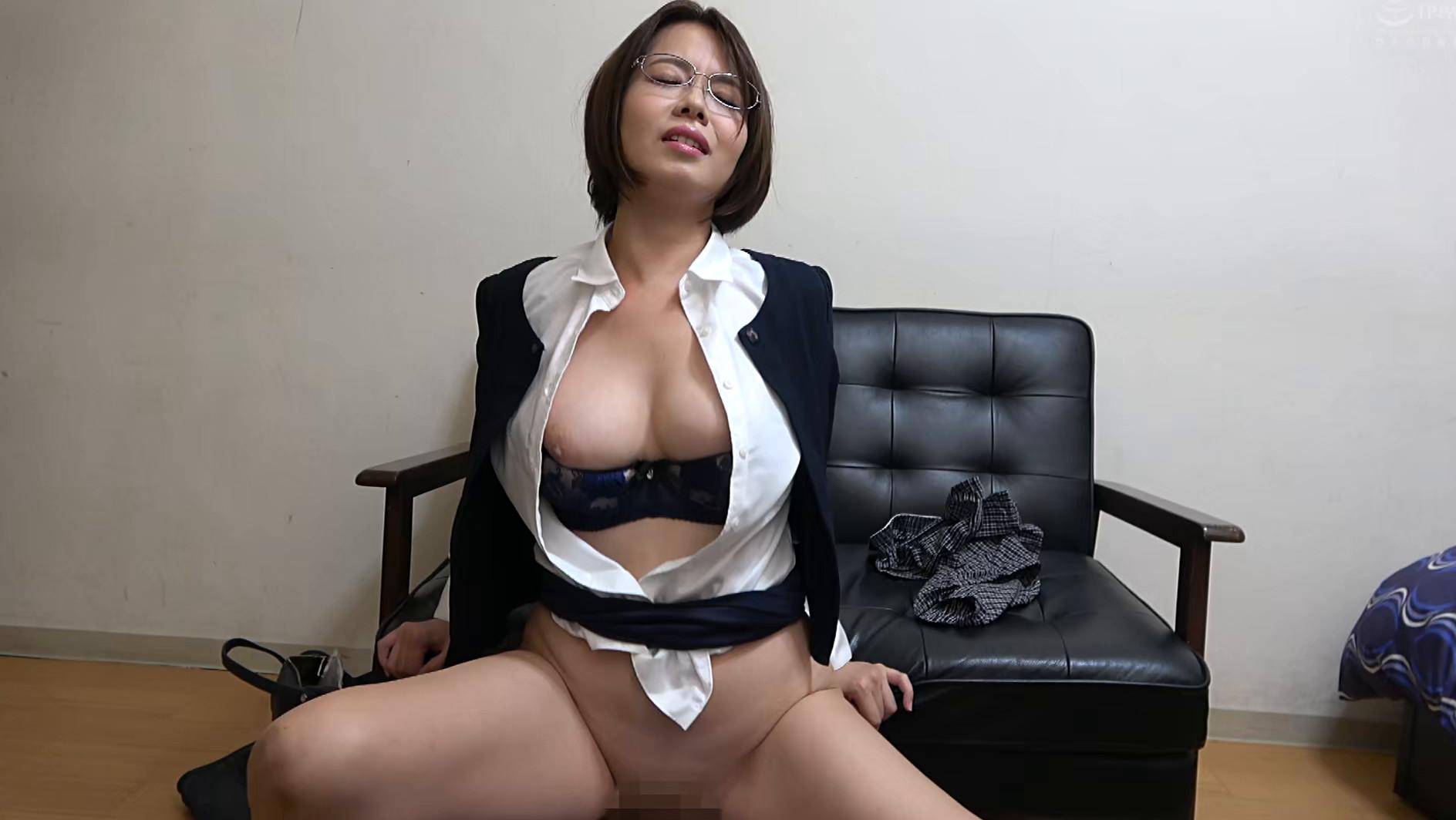 独り暮らしの男性に枕営業で契約をGETするデカパイ営業レディ 赤瀬尚子,のサンプル画像7