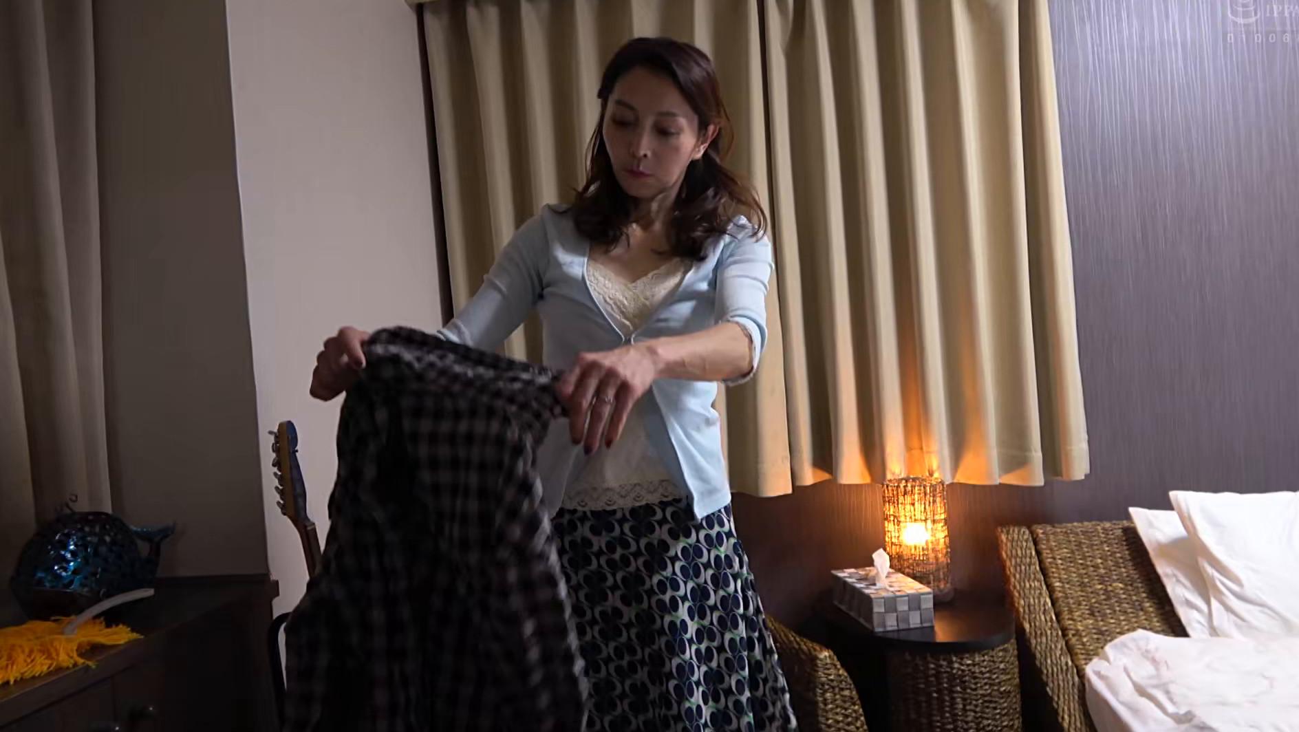 息子の部屋でエロ本を見つけてオナニーする母 画像6