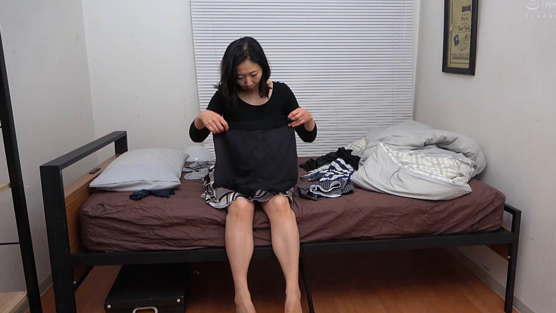 息子の部屋でエロ本を見つけてオナニーする母 画像12