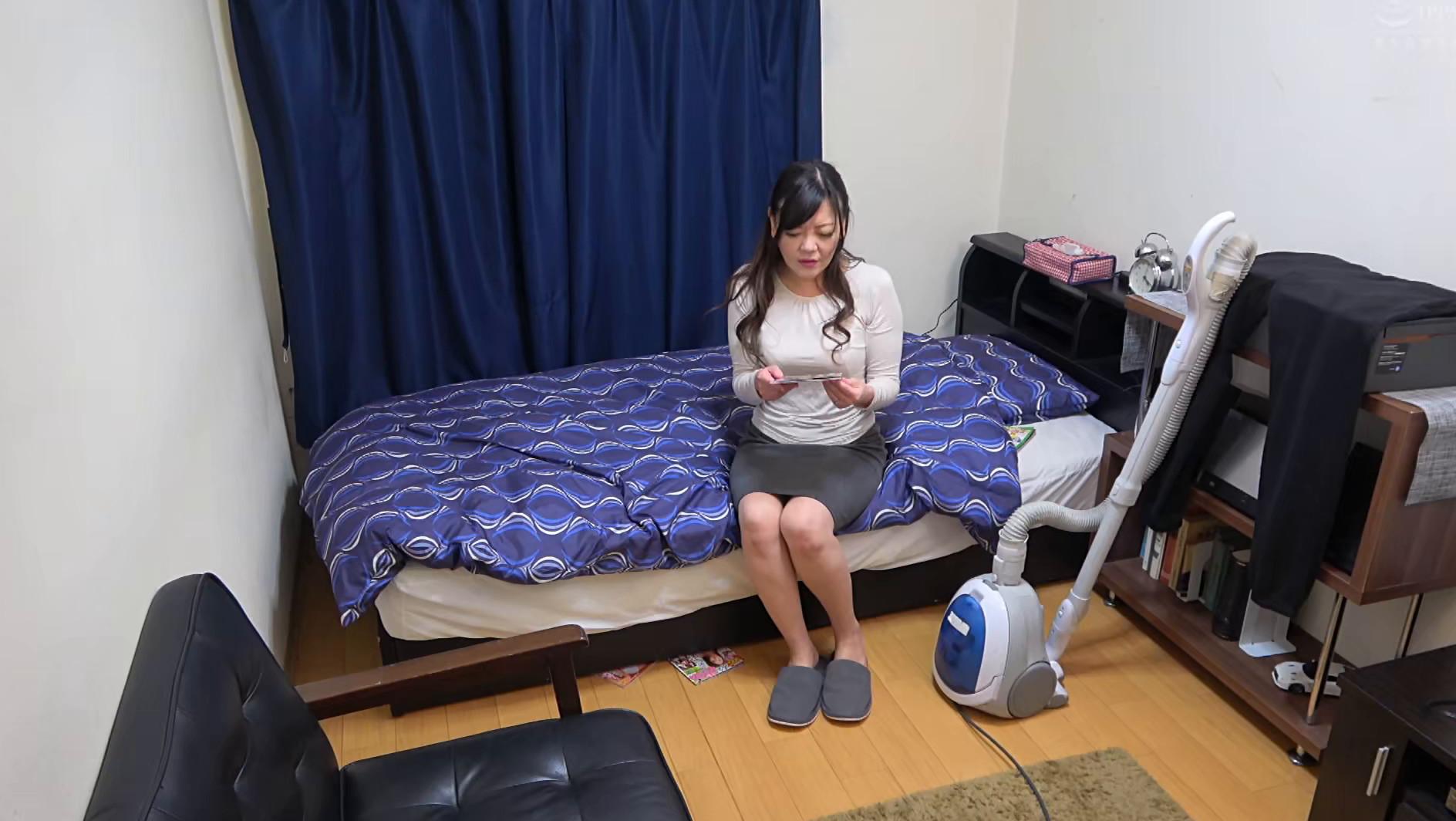 息子の部屋でエロ本を見つけてオナニーする母 画像18