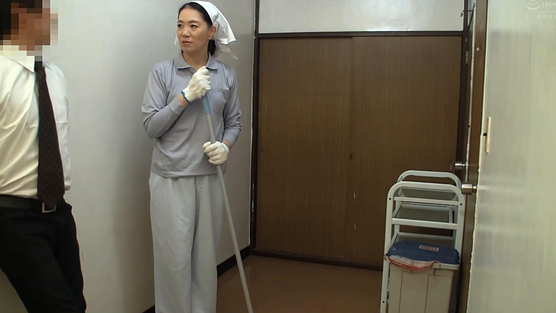 清掃員のおばさんを口説いてSEXする 9人4時間 画像6