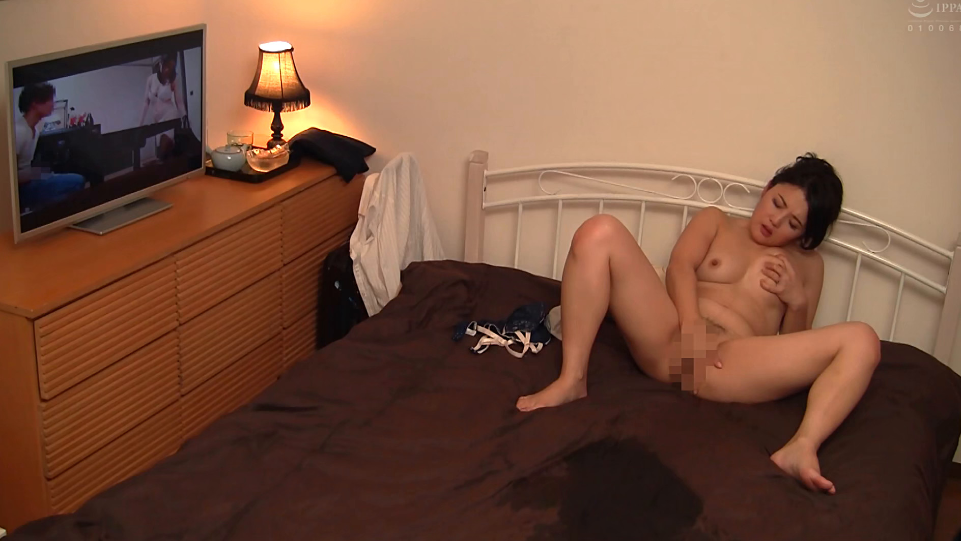 隠しカメラとエロ本、DVDをオナネタに仕掛けて働く熟女のオナニーを撮影できるか? 画像13