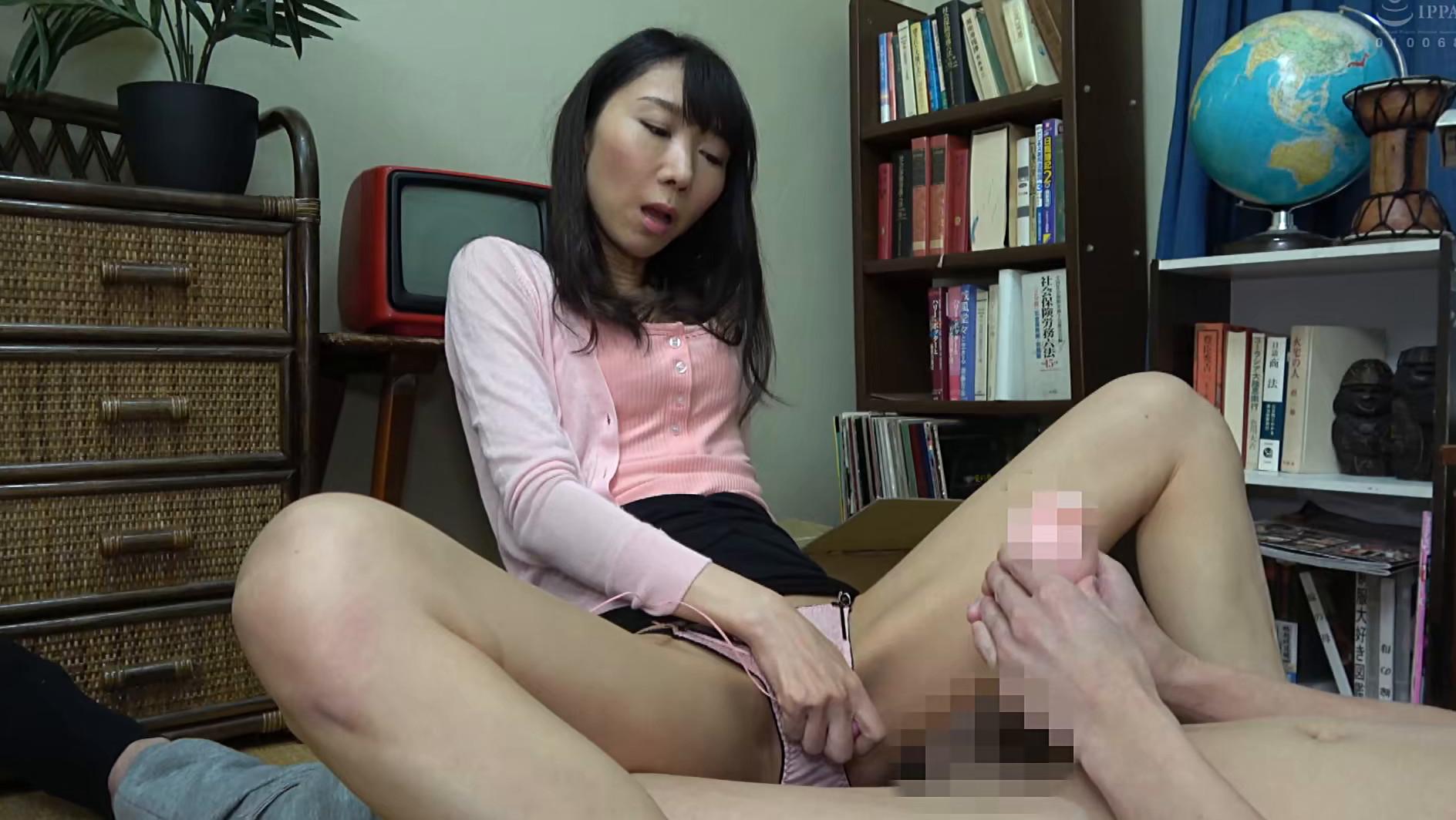 子供部屋おじさん(35歳無職の息子)を性処理する義母 森田紅音 画像15