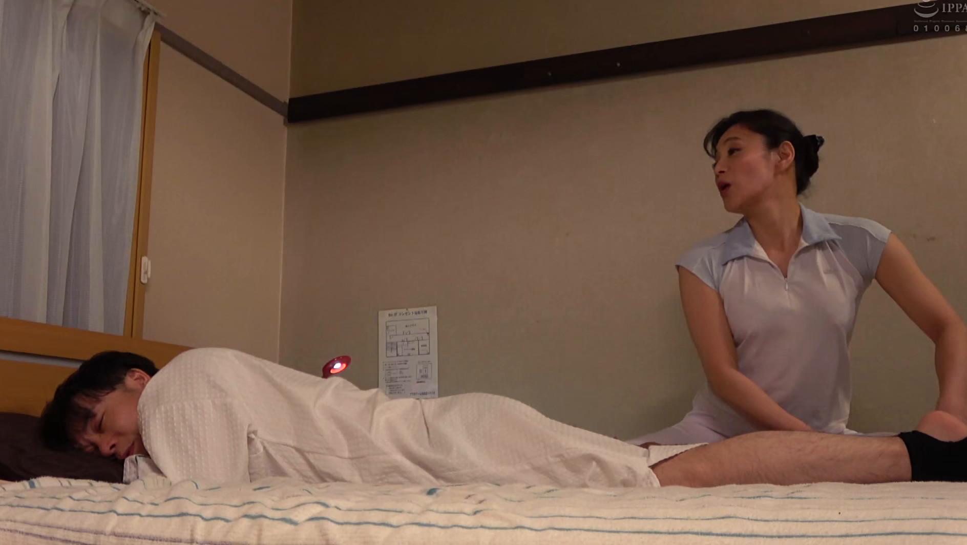 「油断は禁物・・・」施術中のマッサージ熟女が一生懸命やってくれてるのにエロいたずらやってみた 画像1
