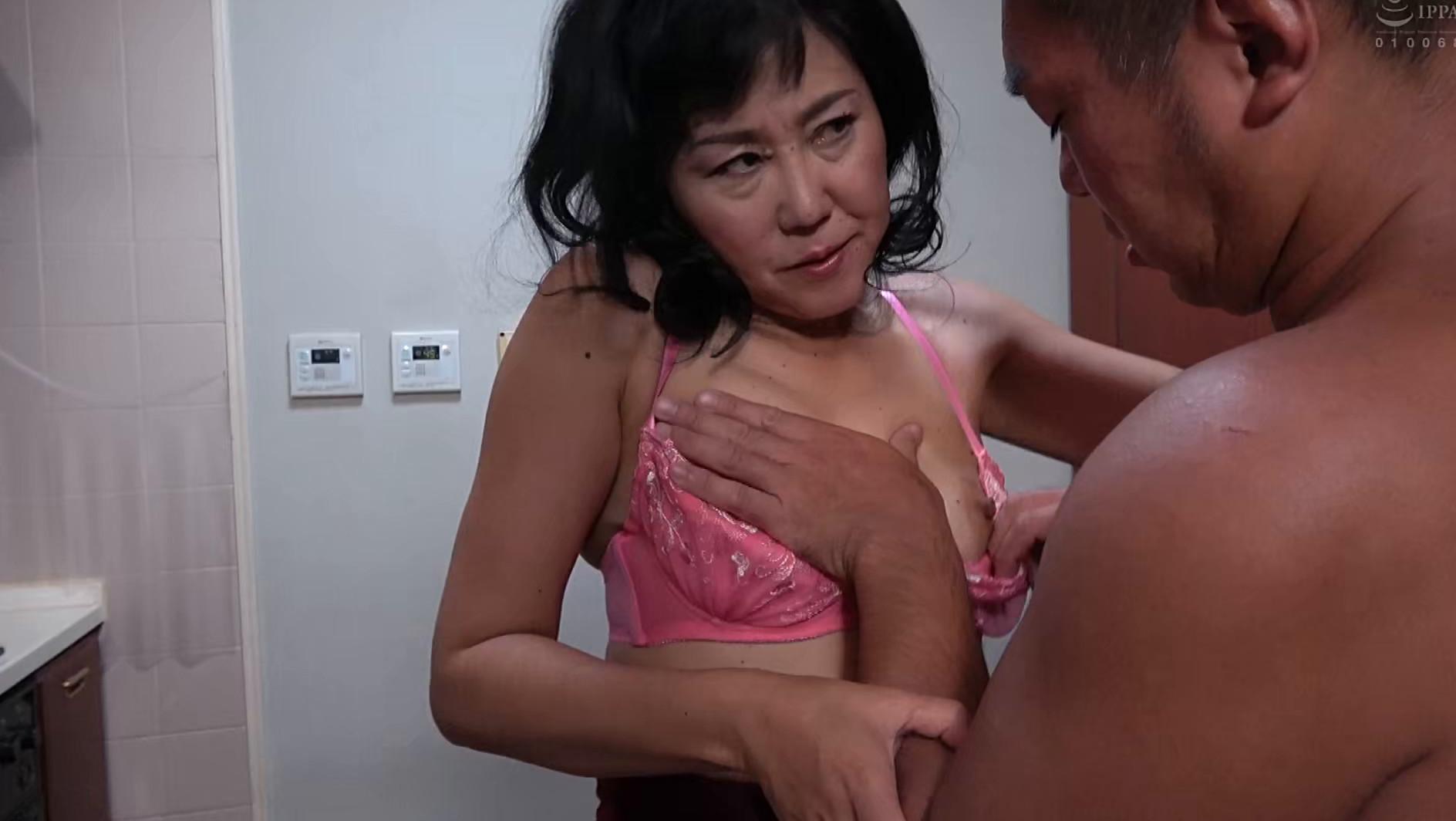 スケベな人妻が露出多目の薄着で逆ナンパ誘惑 画像17