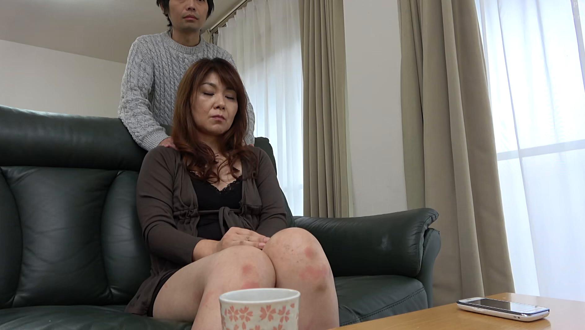 体型は普通な割りにデカ尻の母に会いに行ったら、Tバックを履いていてビックリした・・・ハプニング近親姦 180分 画像5