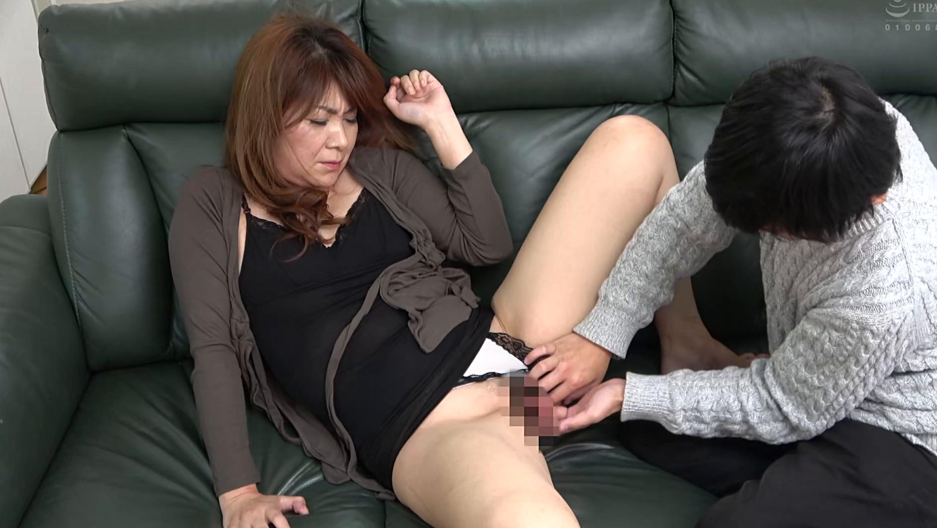 体型は普通な割りにデカ尻の母に会いに行ったら、Tバックを履いていてビックリした・・・ハプニング近親姦 180分 画像6