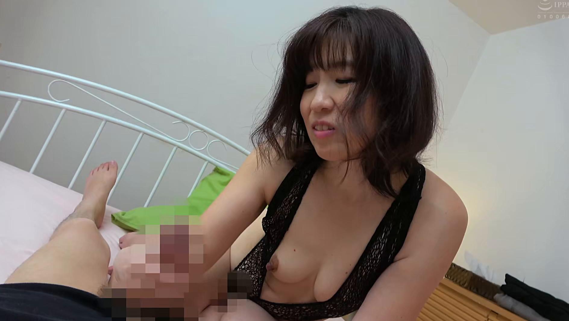 体型は普通な割りにデカ尻の母に会いに行ったら、Tバックを履いていてビックリした・・・ハプニング近親姦 180分 画像20
