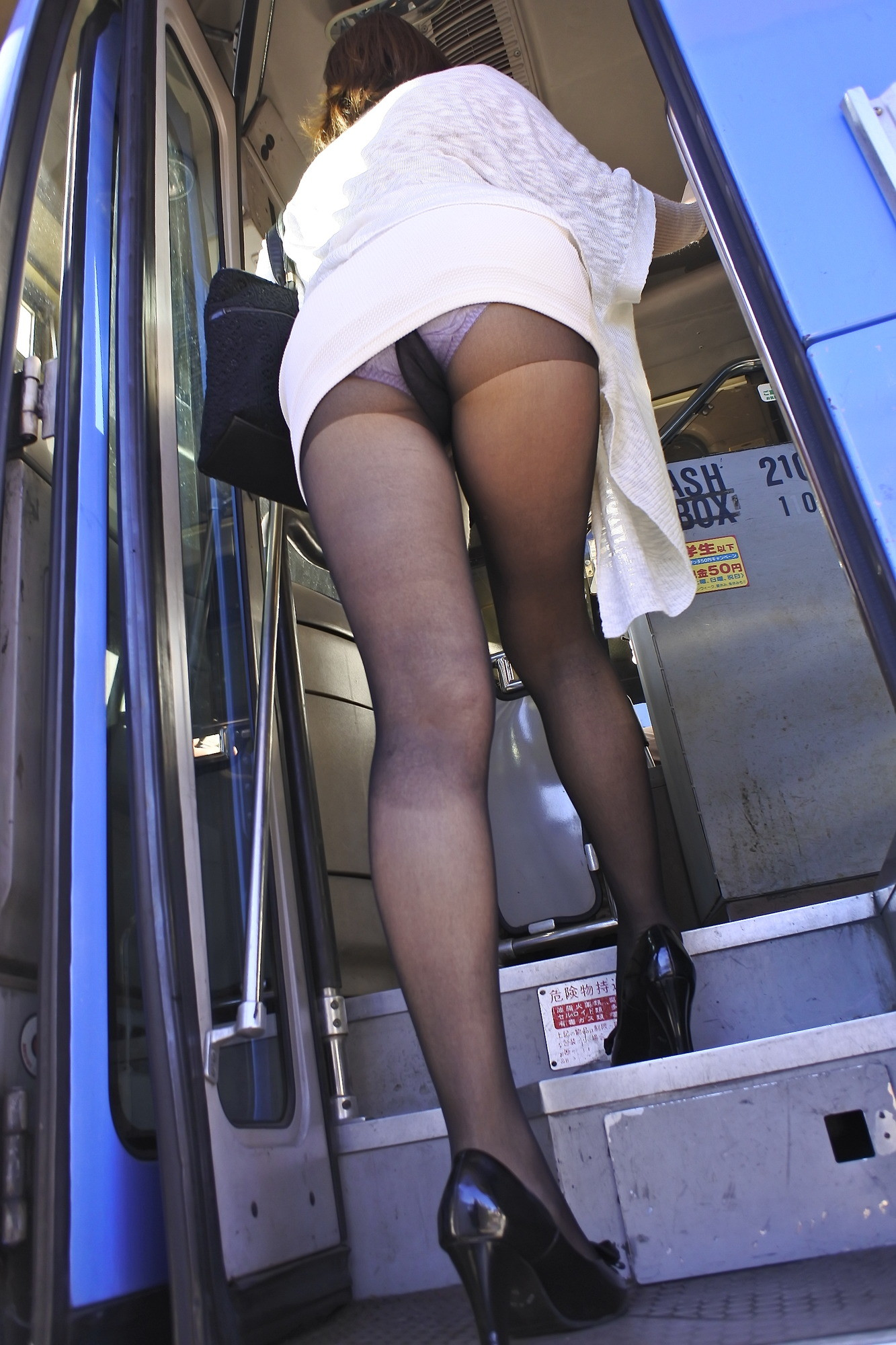 むちむち黒パンスト尻OLで満員のバスに、初心な思春期男子学生が乗ってきた。ムラムラしたお姉さん達のデカ尻が密着して反応してしまう元気チ〇コ。我慢できないお姉さん達は、自らパンストの中にチ〇コ導きその場でハメさせてしまったぁ!