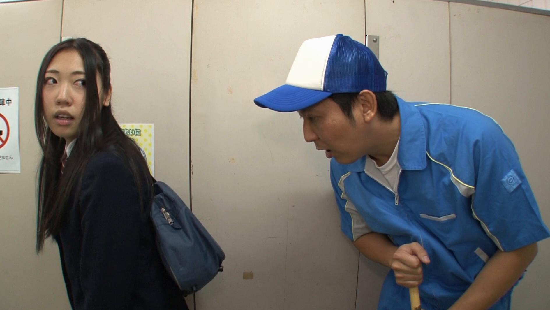 公衆トイレ清掃員のアルバイト中に思わぬ幸運!冬でも生足のミニスカ女子高生は冷え冷えでおしっこが漏れそう!女子トイレが満員でやむなく男子トイレに飛び込むも、間に合わず僕の目の前でまさかの失禁!「私だけに恥かかせないで!」となぜかお漏らし強要されたもののもちろん出ず、チ○ポをガン見する女子高生。しかも目の前でソソるお漏らし姿を見せられたもんだからついつい勃起してしまうと、僕の精子をお漏らしさせられちゃ 画像3