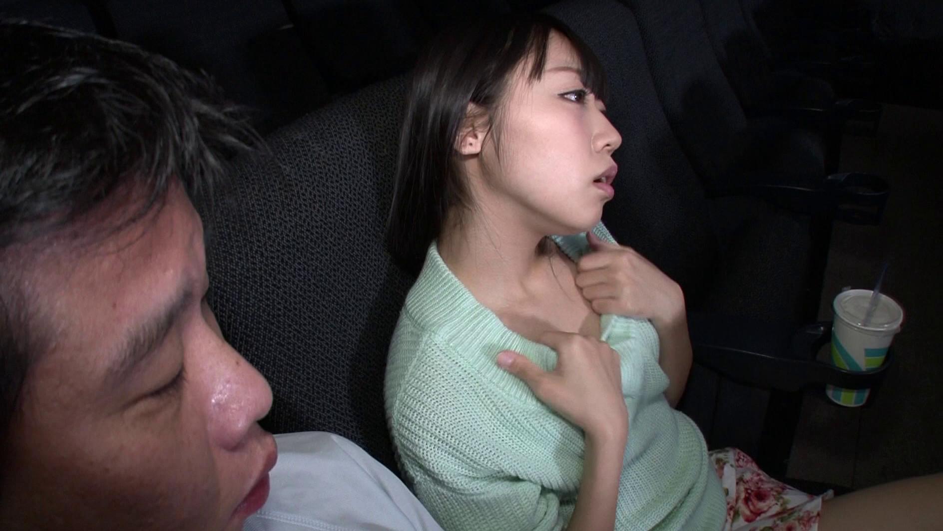 映画館のレイトショーは人が少なくて落ち着く・・・はずなのですが、突然僕の隣にミニスカートのソソる美女が座ってきた!!映画よりもスカートから覗く生足が気になって仕方がない!無言の誘惑に勃起した僕に気付いた美女が、微笑みながら手を伸ばしてきて・・・まさか館内でこっそりヌイてくれた!!それどころかハメさせてくれた!? 画像1