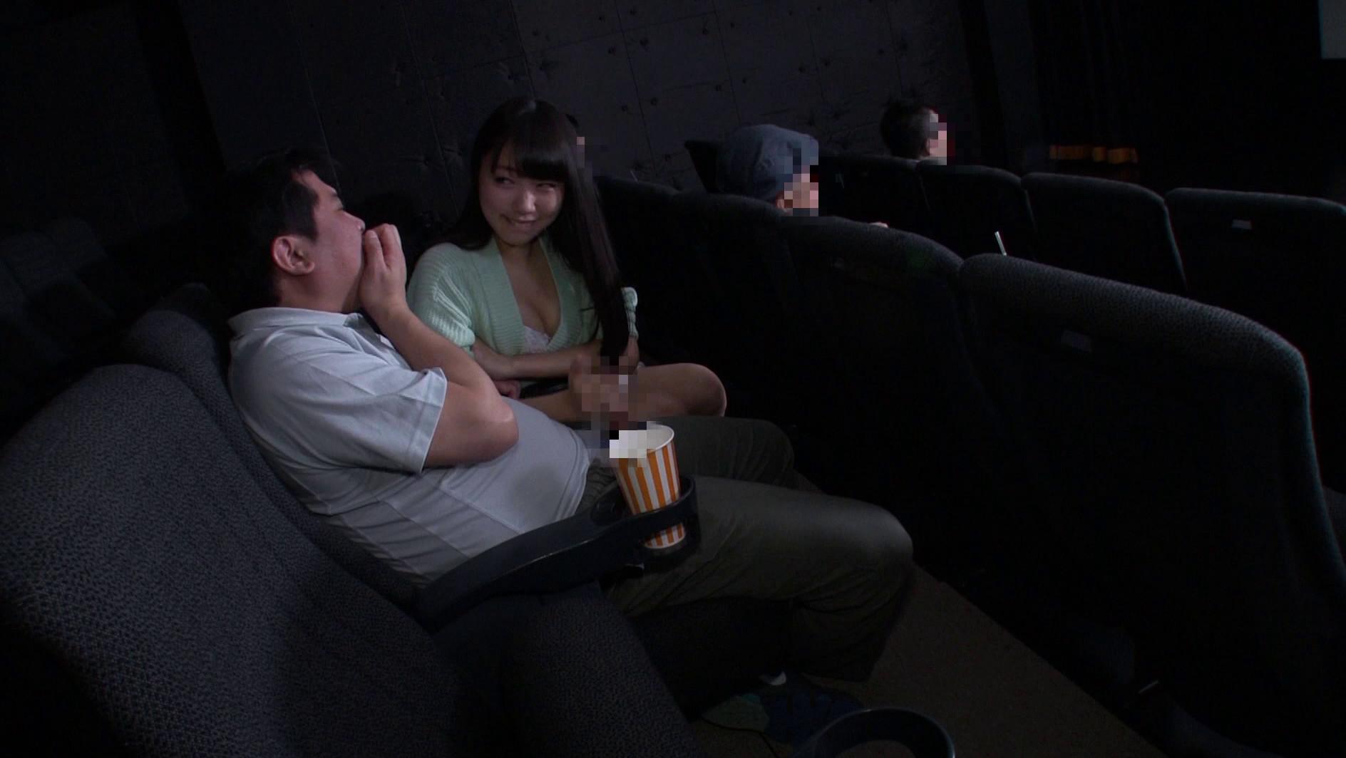 映画館のレイトショーは人が少なくて落ち着く・・・はずなのですが、突然僕の隣にミニスカートのソソる美女が座ってきた!!映画よりもスカートから覗く生足が気になって仕方がない!無言の誘惑に勃起した僕に気付いた美女が、微笑みながら手を伸ばしてきて・・・まさか館内でこっそりヌイてくれた!!それどころかハメさせてくれた!? 画像3