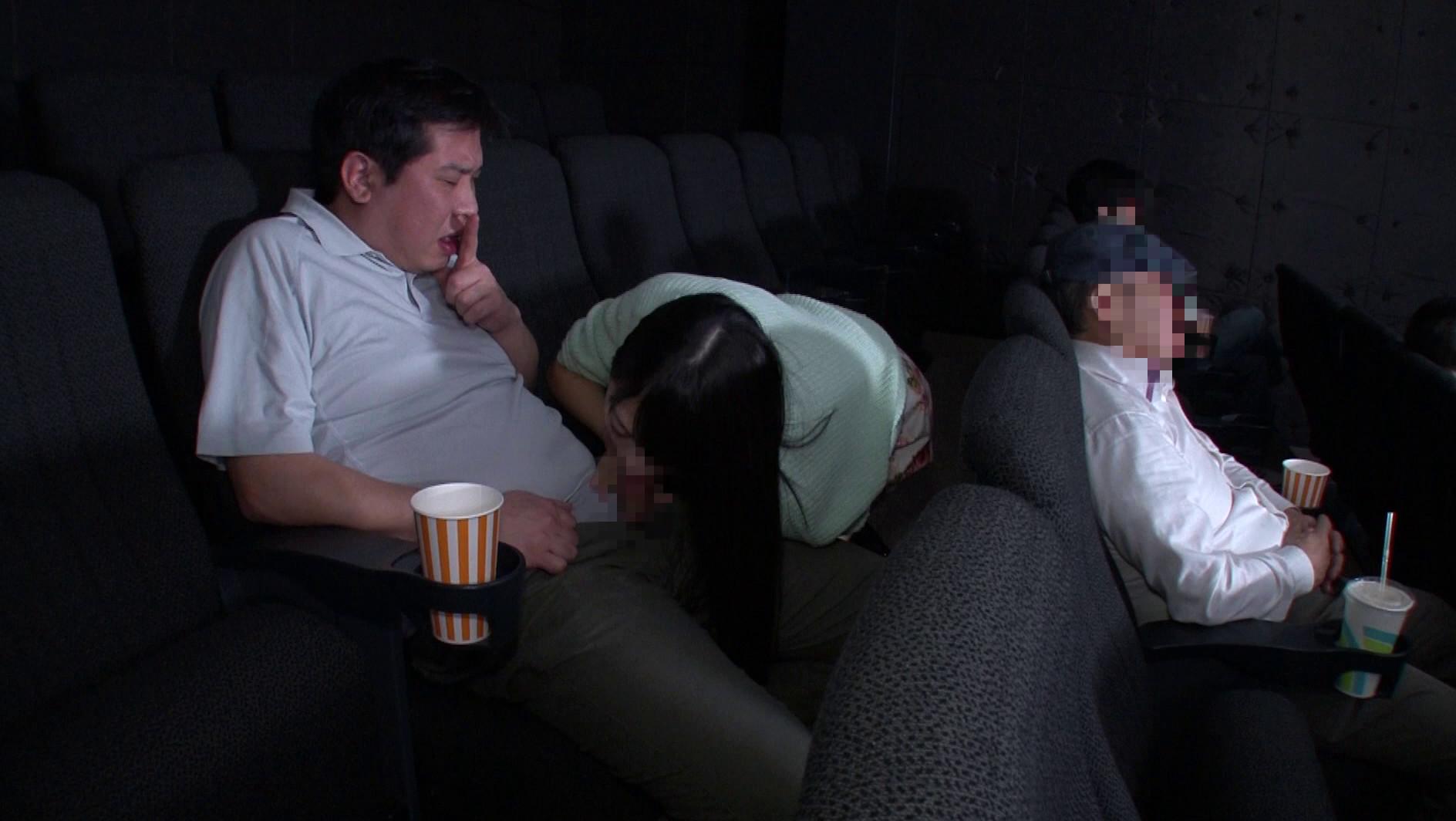 映画館のレイトショーは人が少なくて落ち着く・・・はずなのですが、突然僕の隣にミニスカートのソソる美女が座ってきた!!映画よりもスカートから覗く生足が気になって仕方がない!無言の誘惑に勃起した僕に気付いた美女が、微笑みながら手を伸ばしてきて・・・まさか館内でこっそりヌイてくれた!!それどころかハメさせてくれた!? 画像5