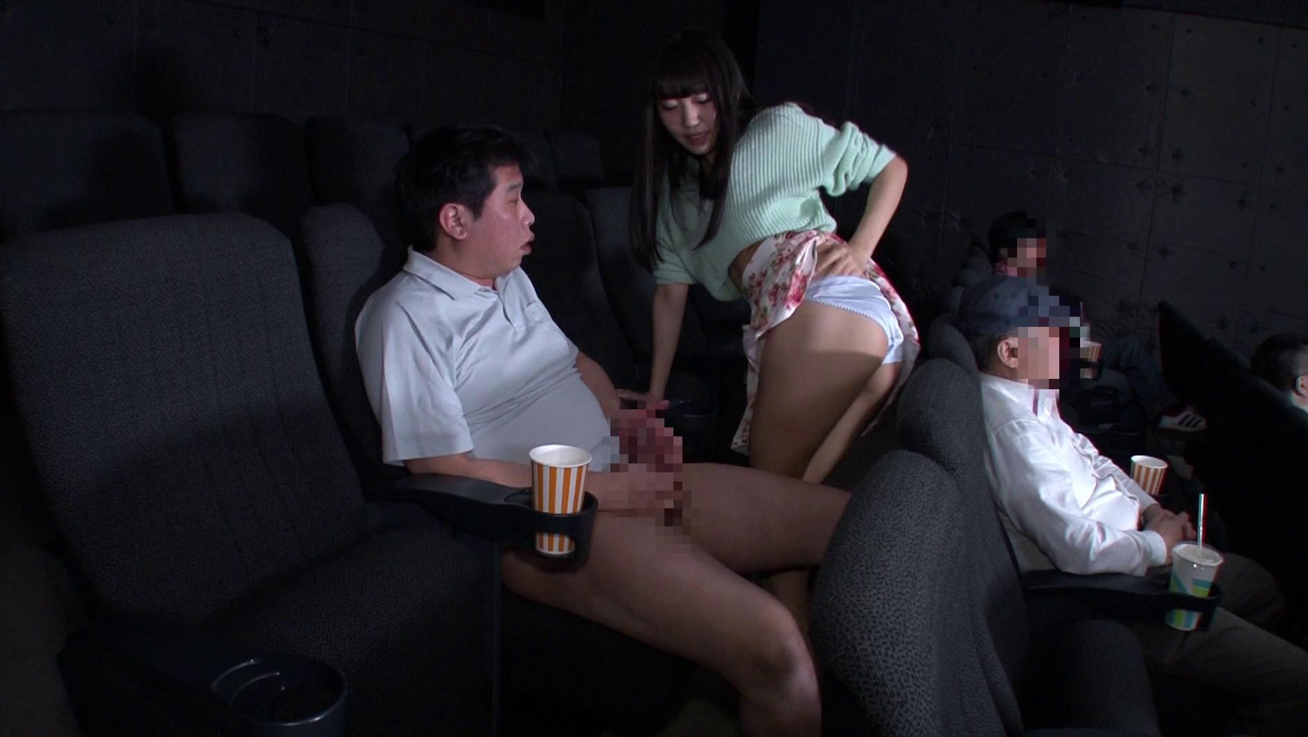 映画館のレイトショーは人が少なくて落ち着く・・・はずなのですが、突然僕の隣にミニスカートのソソる美女が座ってきた!!映画よりもスカートから覗く生足が気になって仕方がない!無言の誘惑に勃起した僕に気付いた美女が、微笑みながら手を伸ばしてきて・・・まさか館内でこっそりヌイてくれた!!それどころかハメさせてくれた!? 画像8