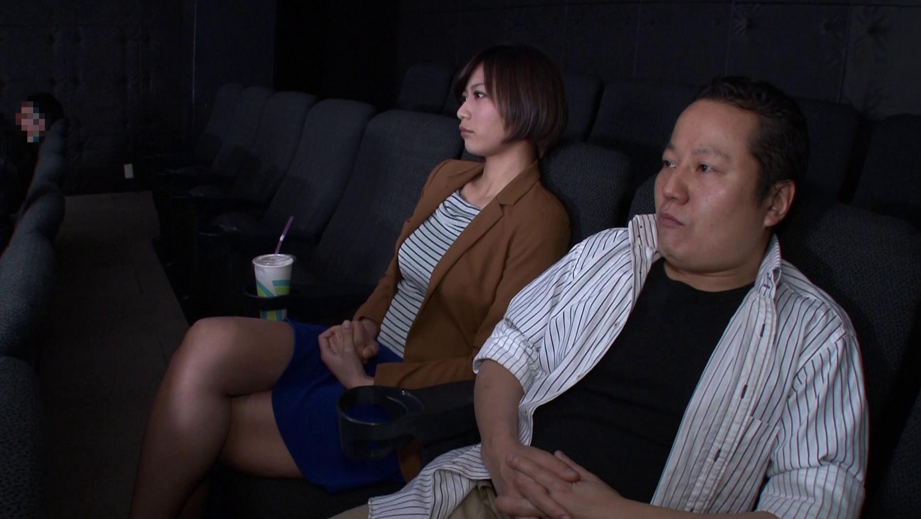 映画館のレイトショーは人が少なくて落ち着く・・・はずなのですが、突然僕の隣にミニスカートのソソる美女が座ってきた!!映画よりもスカートから覗く生足が気になって仕方がない!無言の誘惑に勃起した僕に気付いた美女が、微笑みながら手を伸ばしてきて・・・まさか館内でこっそりヌイてくれた!!それどころかハメさせてくれた!? 画像17