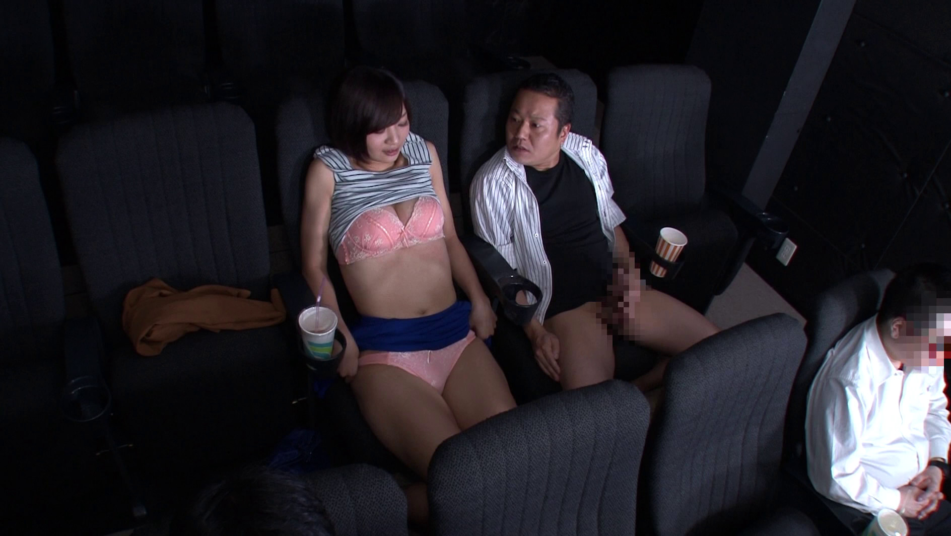 映画館のレイトショーは人が少なくて落ち着く・・・はずなのですが、突然僕の隣にミニスカートのソソる美女が座ってきた!!映画よりもスカートから覗く生足が気になって仕方がない!無言の誘惑に勃起した僕に気付いた美女が、微笑みながら手を伸ばしてきて・・・まさか館内でこっそりヌイてくれた!!それどころかハメさせてくれた!? 画像21