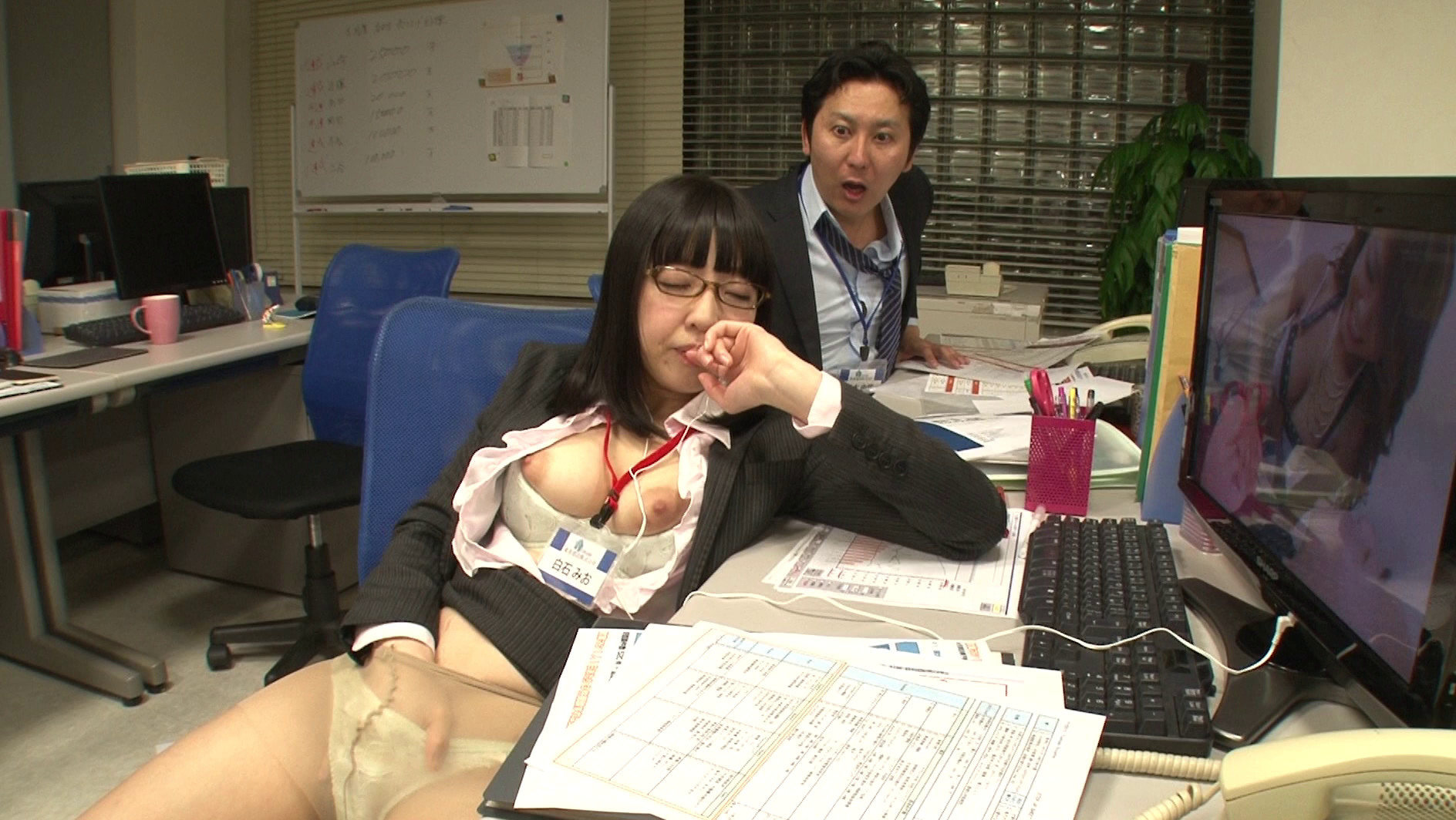 真面目でカワイイ新入女子社員と二人っきりの残業中「コレはもしかしたらエッチな展開になってしまうかも!」・・・などと期待する余裕も無いくらい仕事に追われヘトヘトの僕。ふと気がつくといつの間にか居眠りしてしまっていたみたいだ・・・と目を覚ますと、なんと新入社員ちゃんが会社のパソコンでエロ動画を見ながらオナニーの真っ最中!!普段の姿からは想像できないあまりにもソソるオナニー姿に、もう辛抱たまりません!! 画像2
