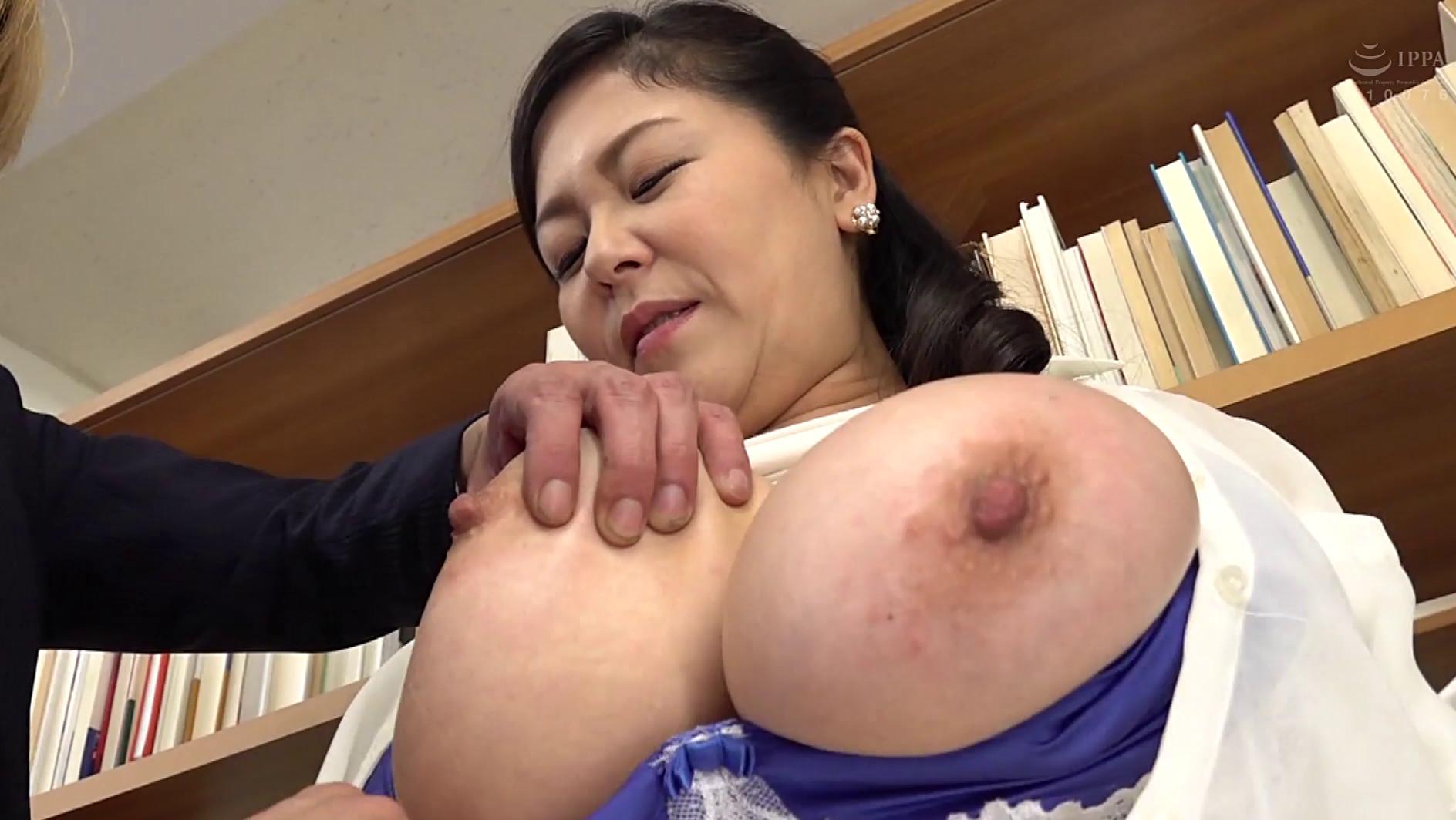 巨乳人妻図書館司書