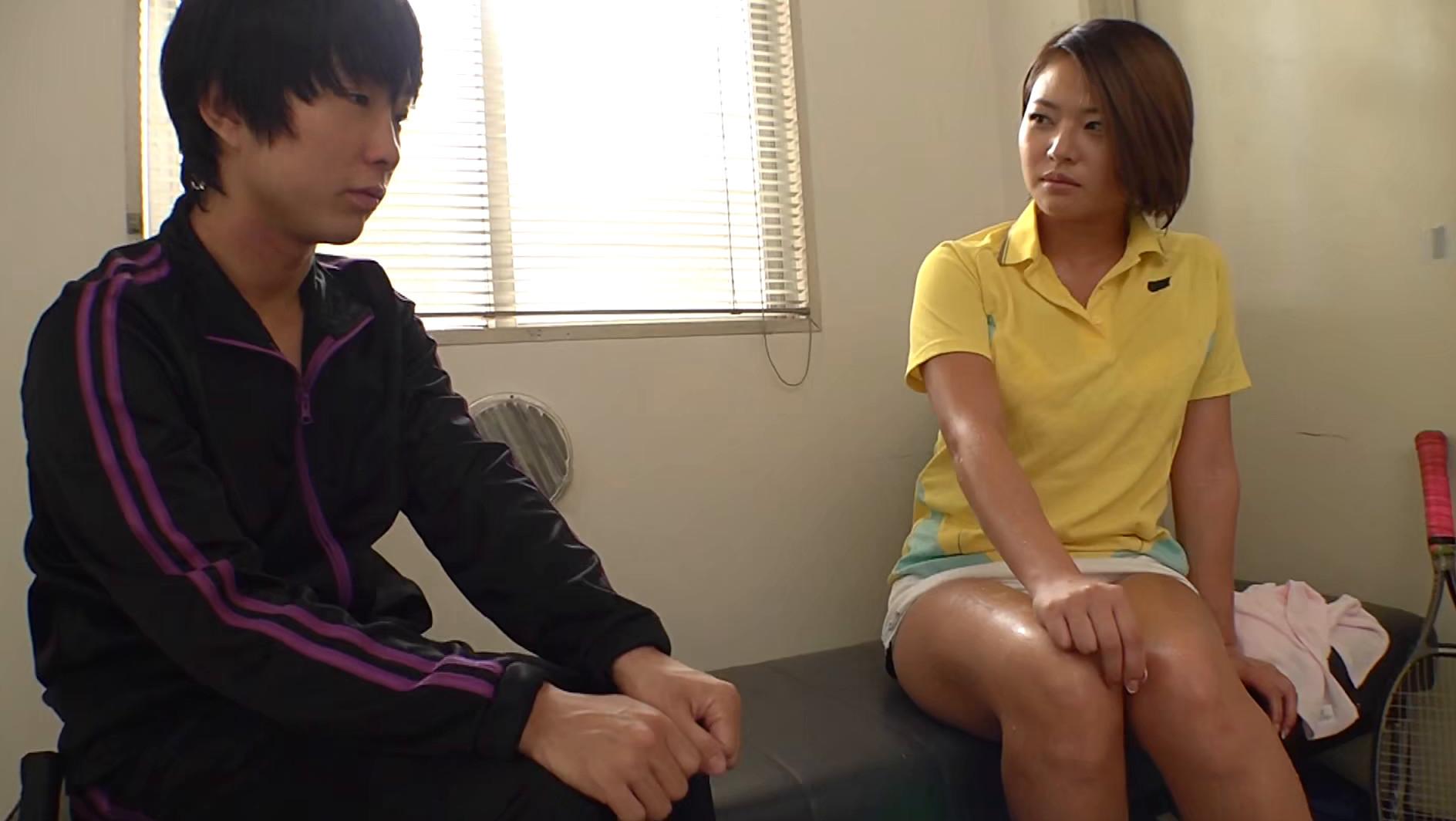 学校で人気のエロいテニス部先輩と・・・2人きりの更衣室で中出しSEX!